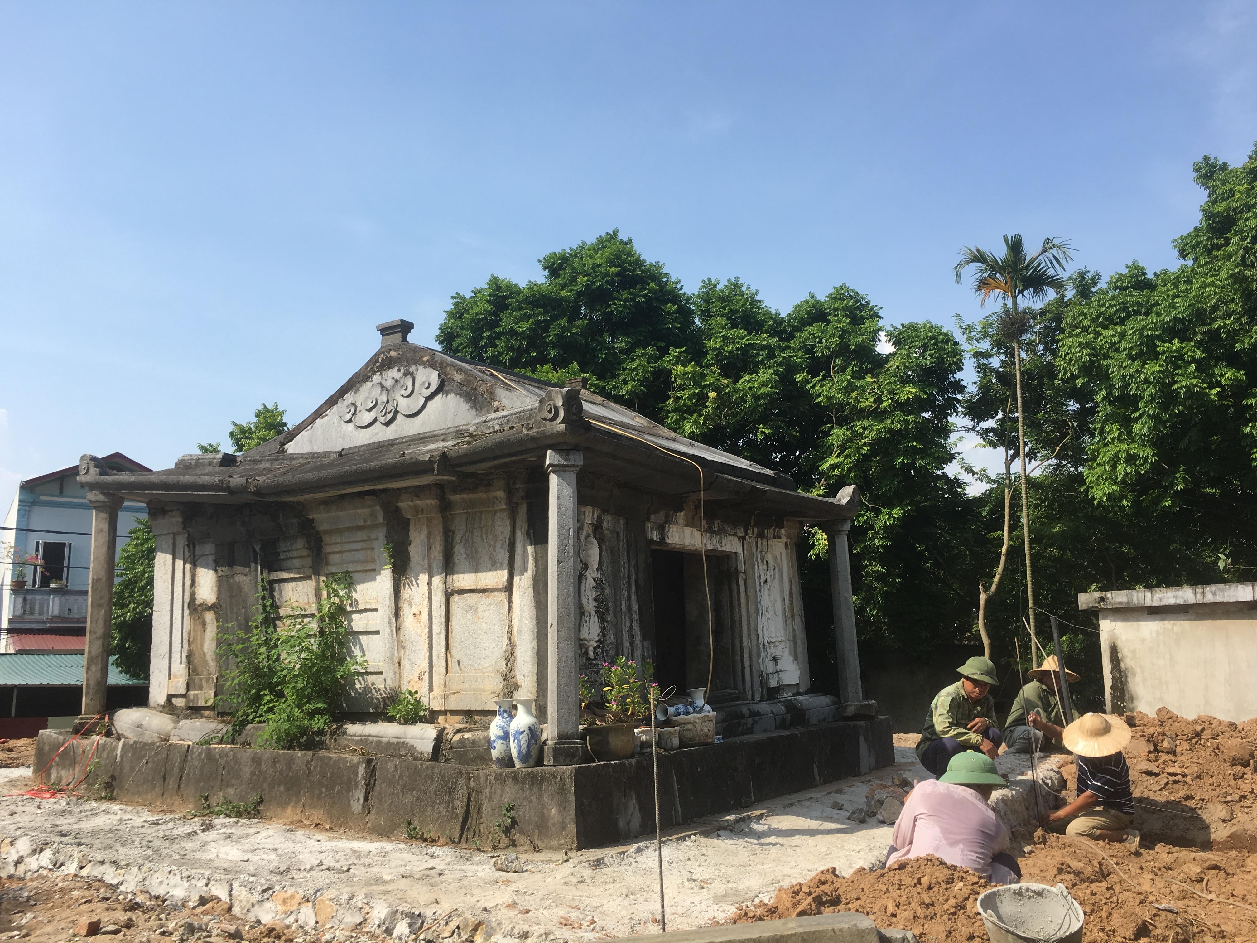 Những người thợ đang gia cố gò đất am mộ.