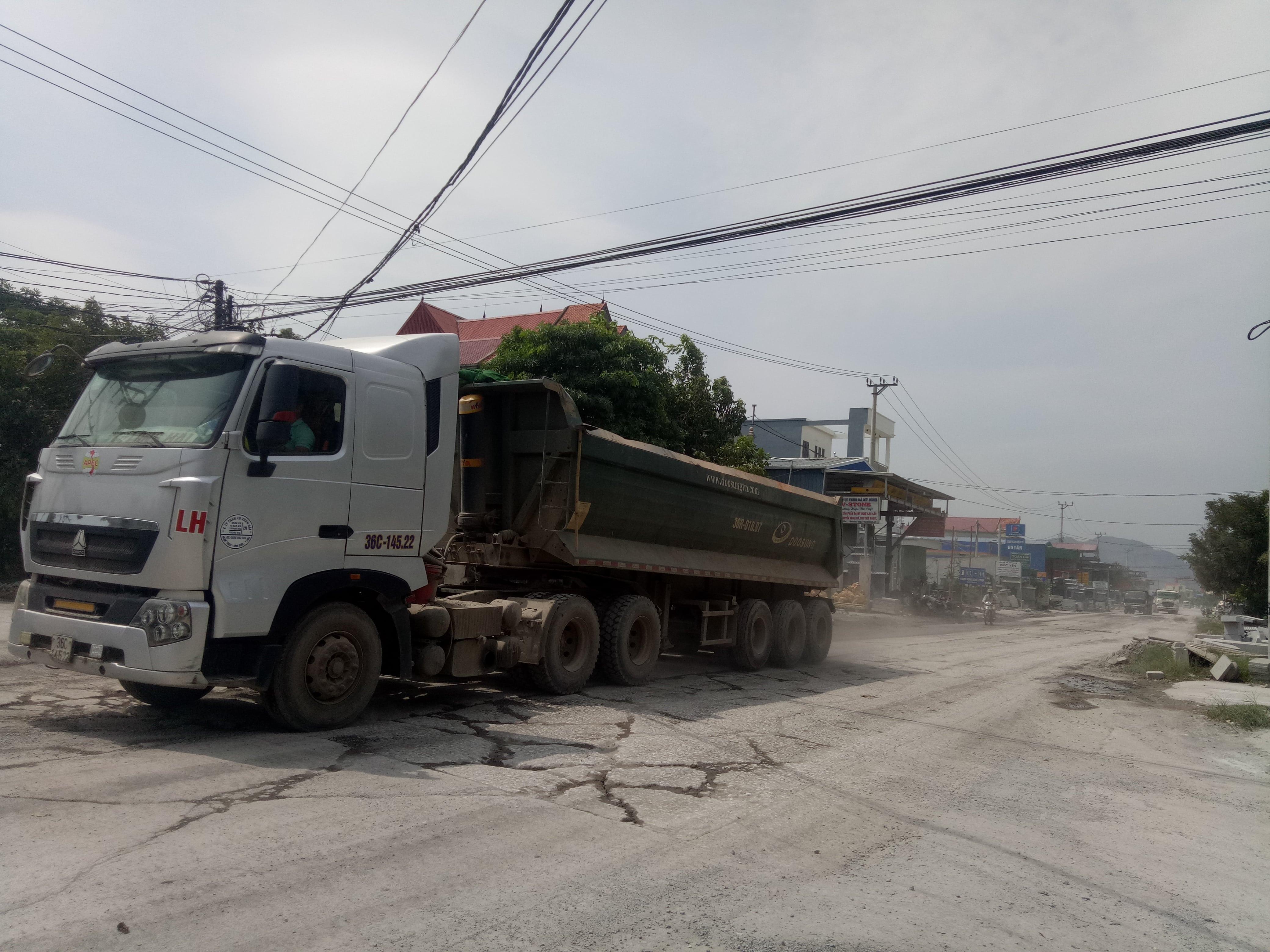 Hạ tầng giao thông tại xã Ninh Vân xuống cấp trầm trọng vì xe quá tải.