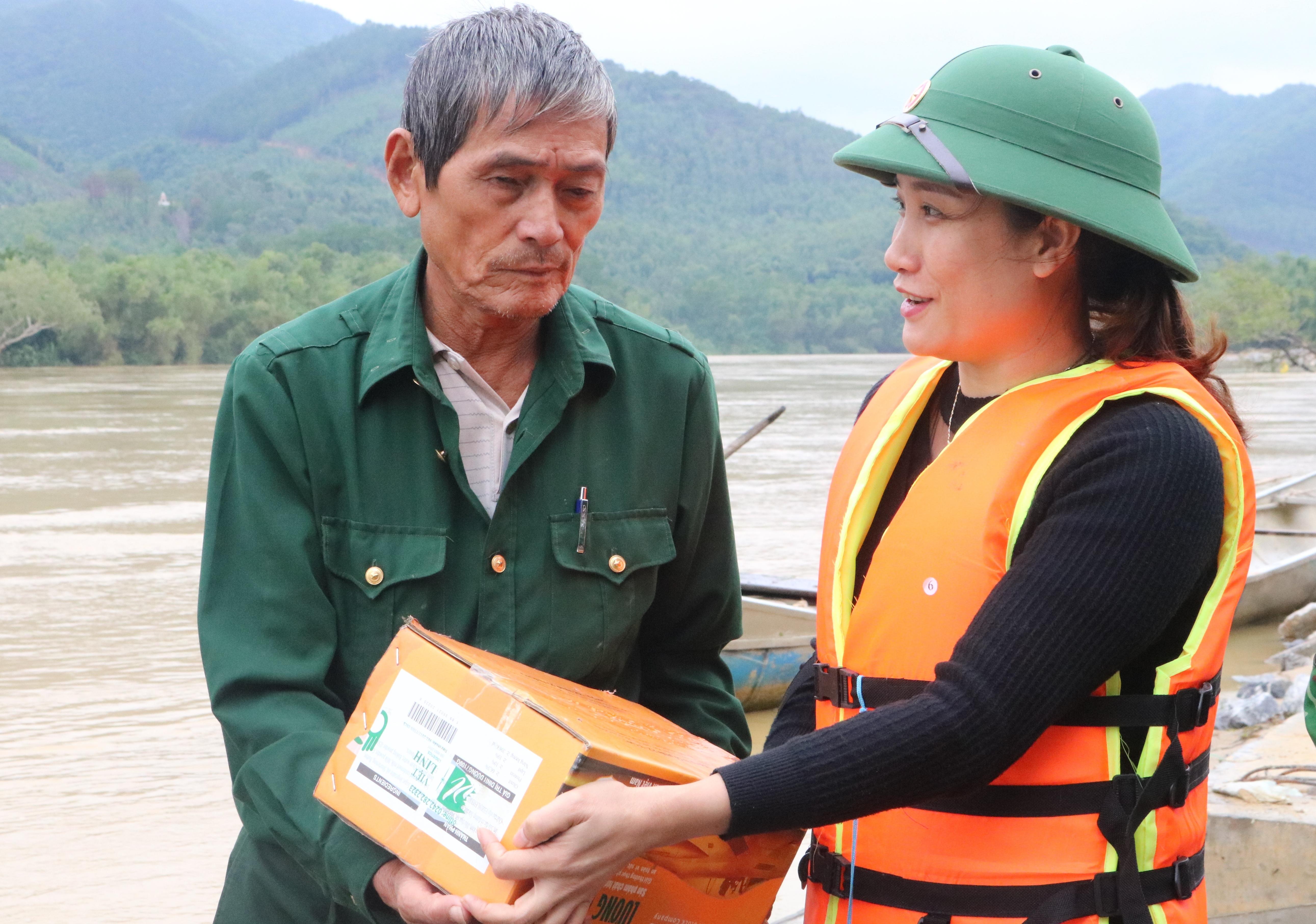 Phó Chủ tịch Ủy ban MTTQ Việt Nam thị xã Ba Đồn động viên người dân vượt qua thiên tai để vươn lên.