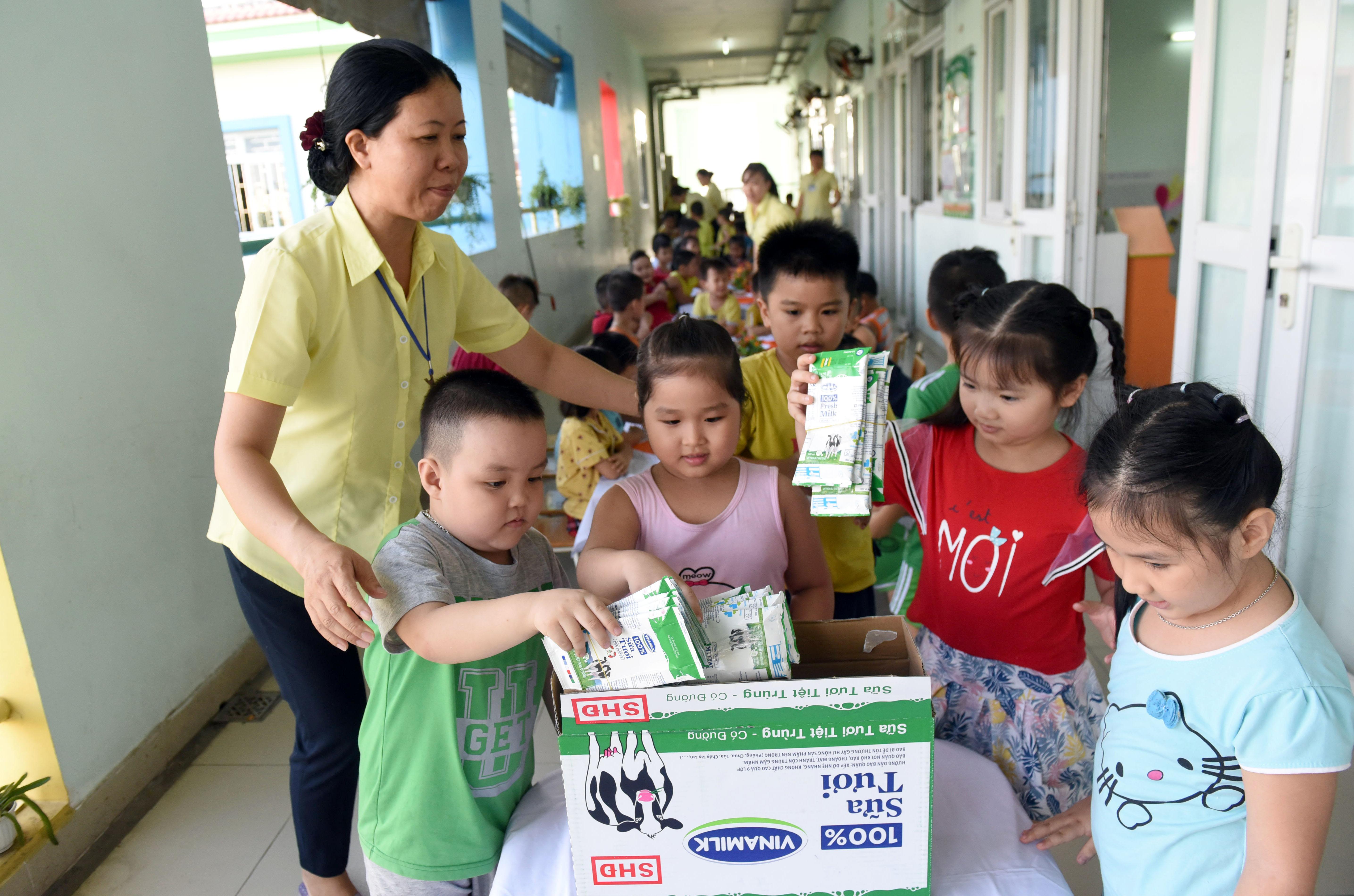Gấp gọn vỏ hộp sữa và đặt đúng nơi quy định sau khi uống sữa cũng là một kỹ năng sống cho trẻ và là mục tiêu bảo vệ môi trường mà Vinamilk và chương trình SHĐ hướng đến.