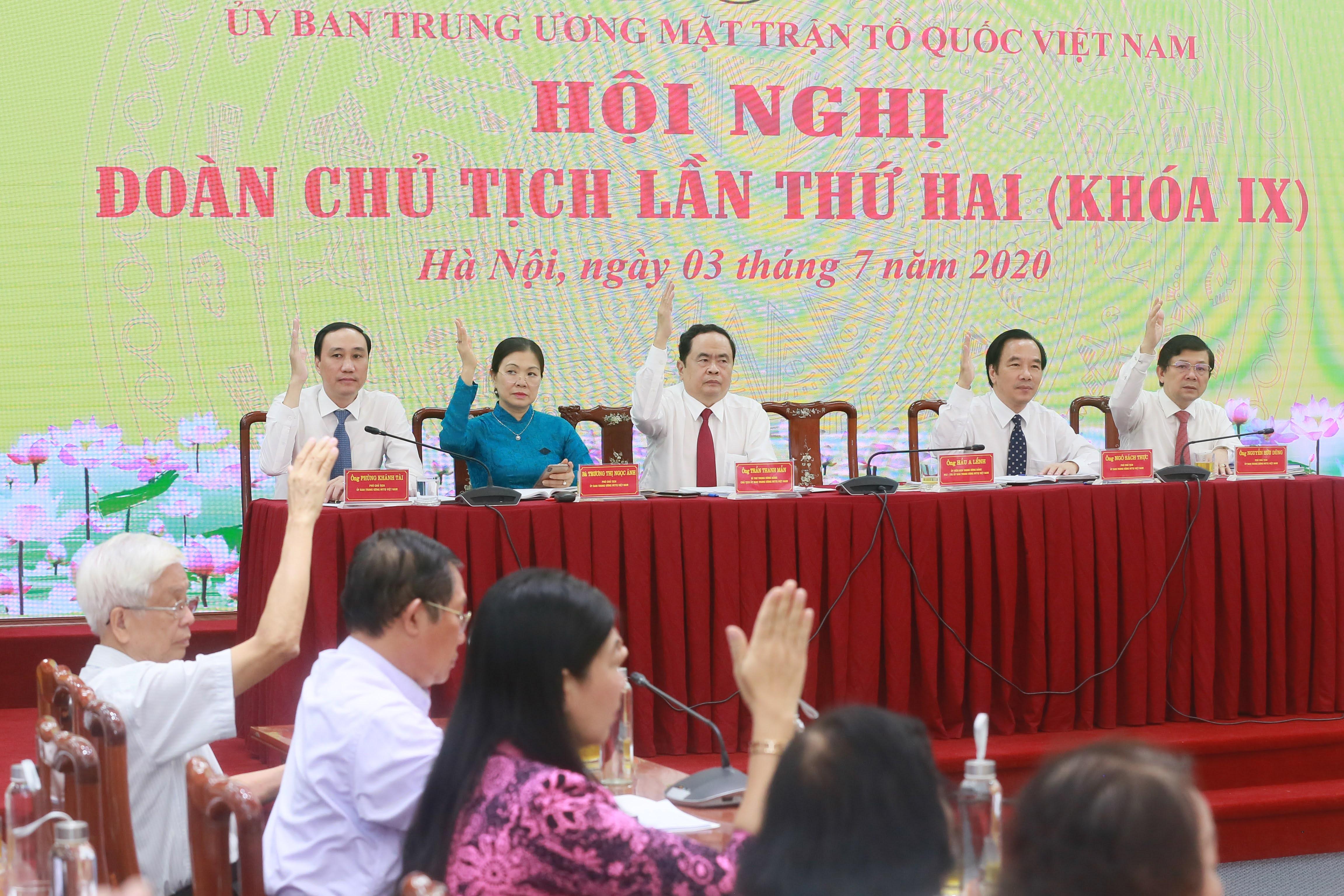 Các đại biểu thông qua Nghị quyết tại Hội nghị Đoàn Chủ tịch UBTƯ MTTQ Việt Nam lần thứ hai, khóa IX.