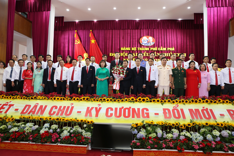 Ban chấp hành khóa XXIII ra mắt Đại hội.