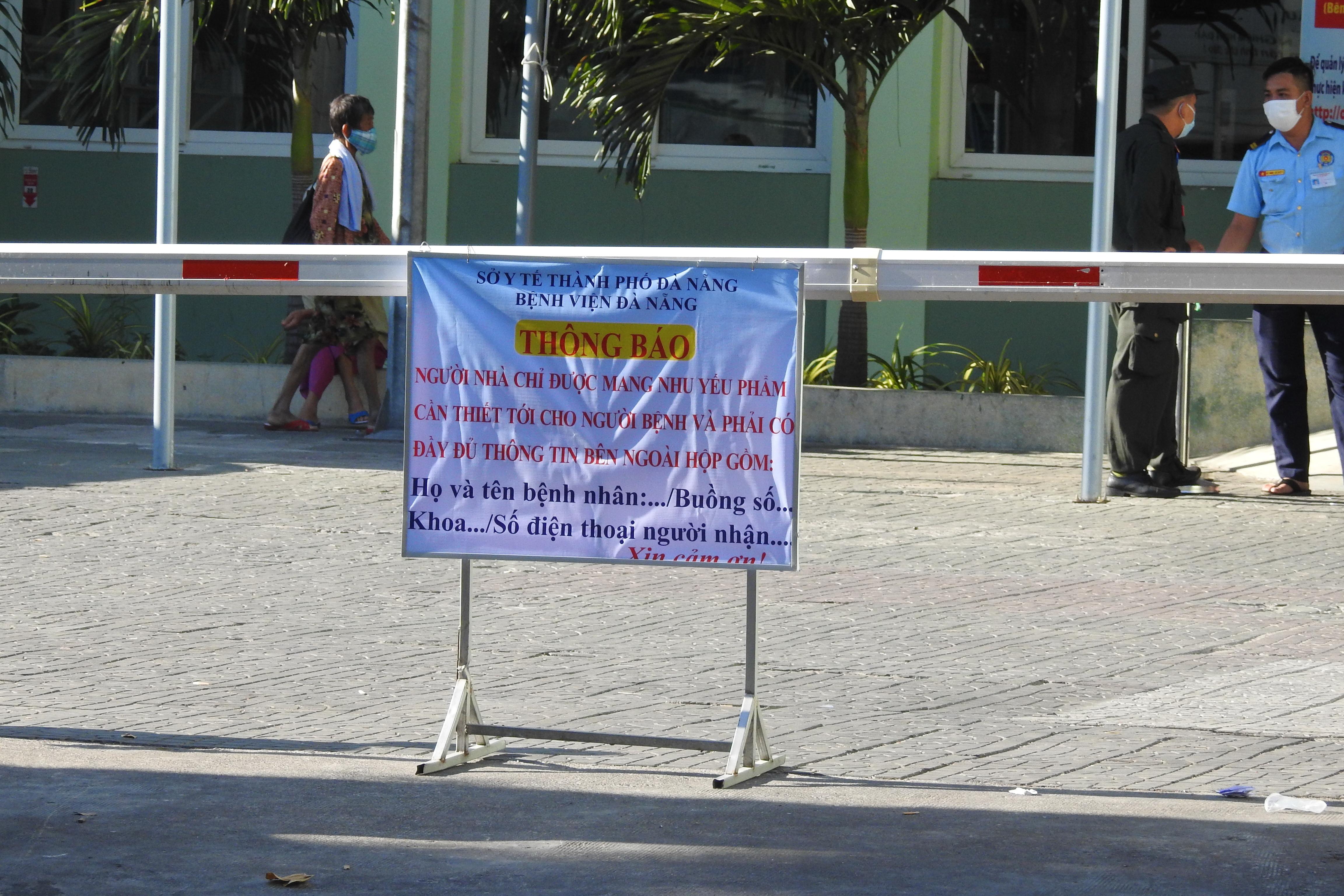 Cổng chính Bệnh viện Đà Nẵng được kiểm soát chặt chẽ với các quy định nghiêm ngặt sau lệnh cách ly toàn bộ bệnh viện kể từ 13 giờ chiều 26/7. Ảnh Thanh Tùng.