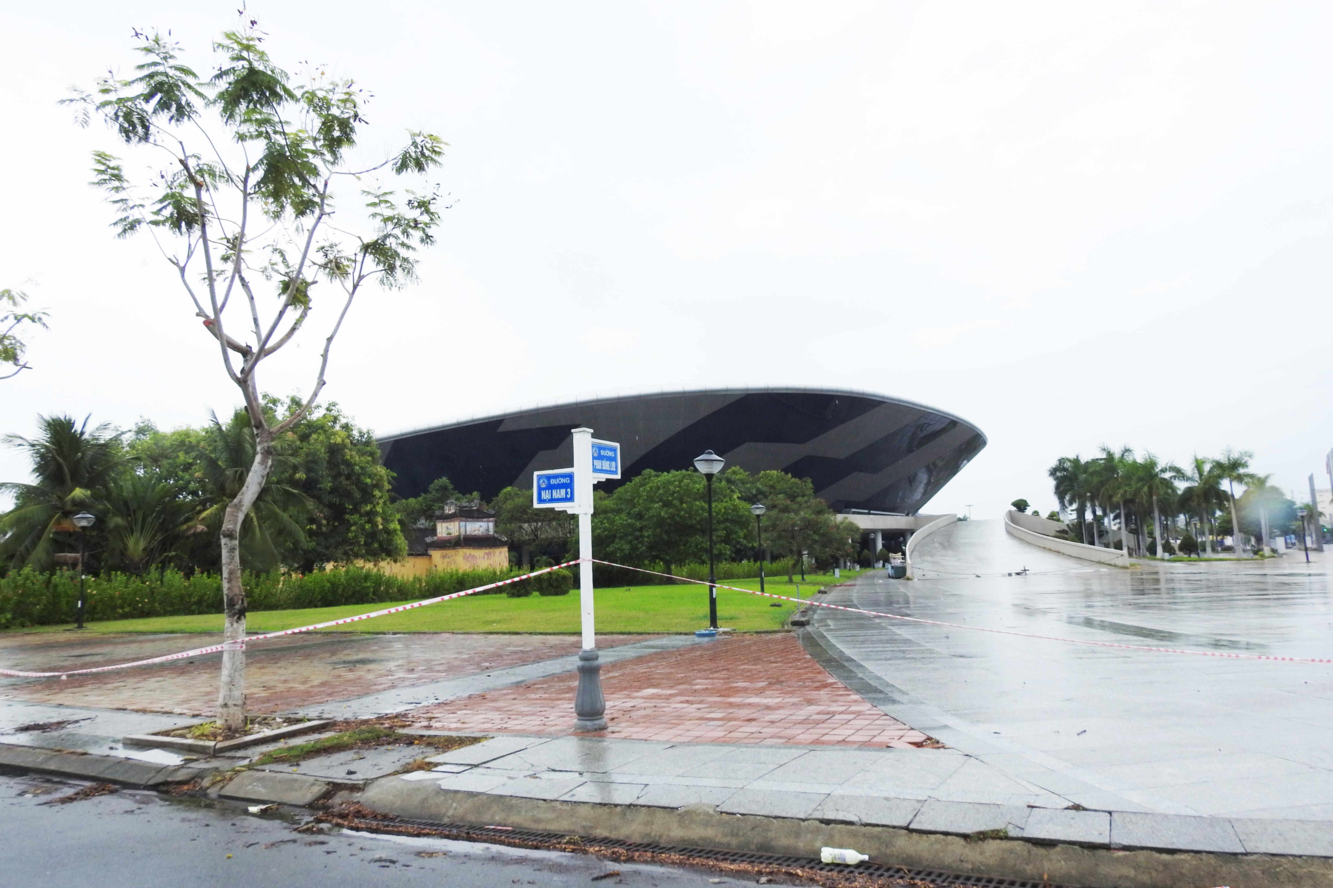 Dự kiến Bệnh viện dã chiến 2.000 giường ở Cung thể thao Tiên Sơn (phường Hòa Cường, quận Hải Châu) sẽ đón BN Covid – 19 đầu tiên vào ngày 5/8. Ảnh Bình Nguyên.
