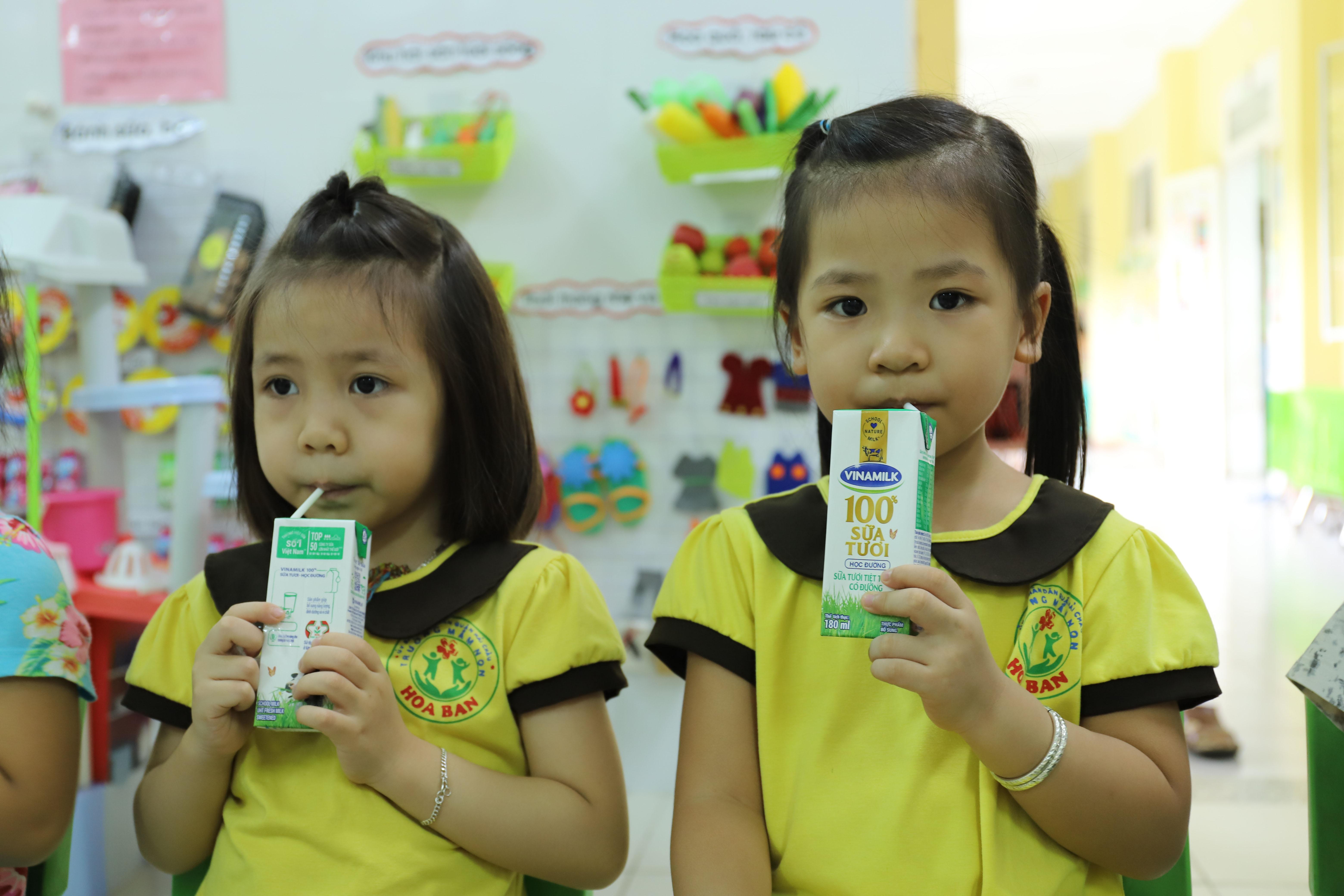 Học sinh mầm non tại TP. Đà Nẵng đã được uống sữa theo chương trình ngay trong ngày đầu tiên quay lại trường học sau giãn cách xã hội.