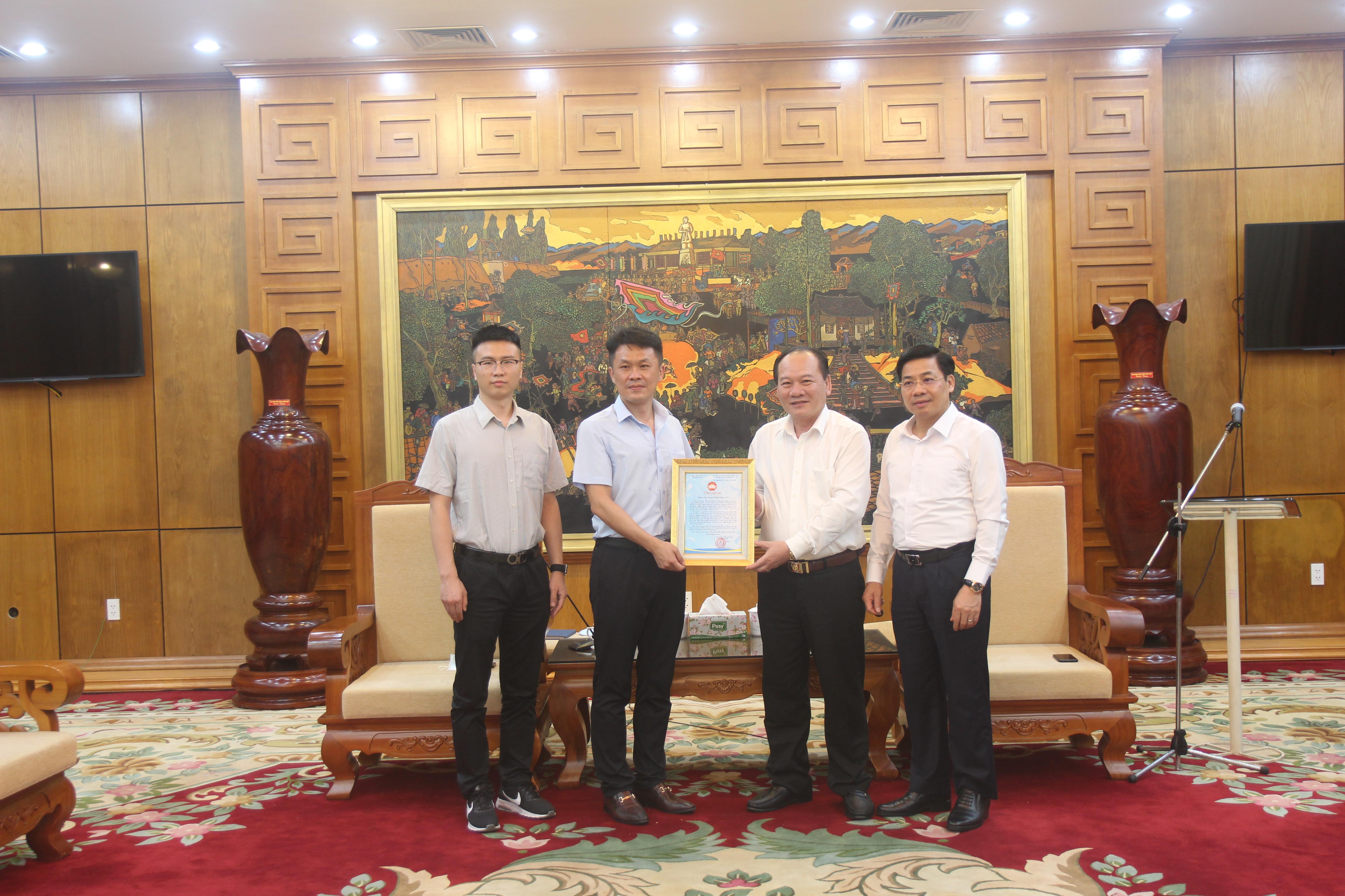 Ban chỉ đạo tỉnh tiếp nhận sự ủng hộ của Công ty TNHH Luxshare-ICT.