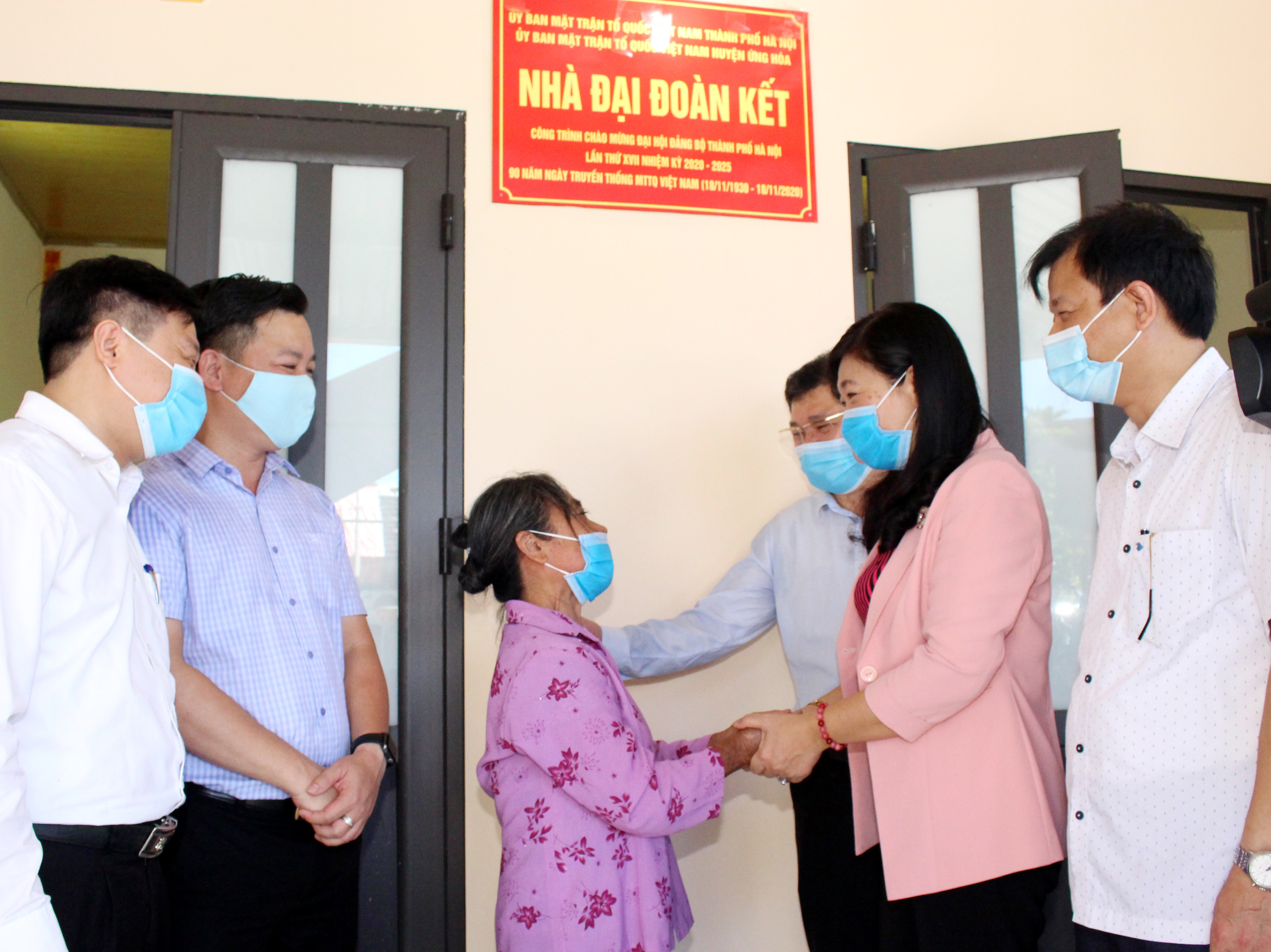 Chủ tịch Ủy ban MTTQ thành phố Nguyễn Lan Hương chúc mừng bà Dư Thị Phúc khánh thành nhà Đại đoàn kết.