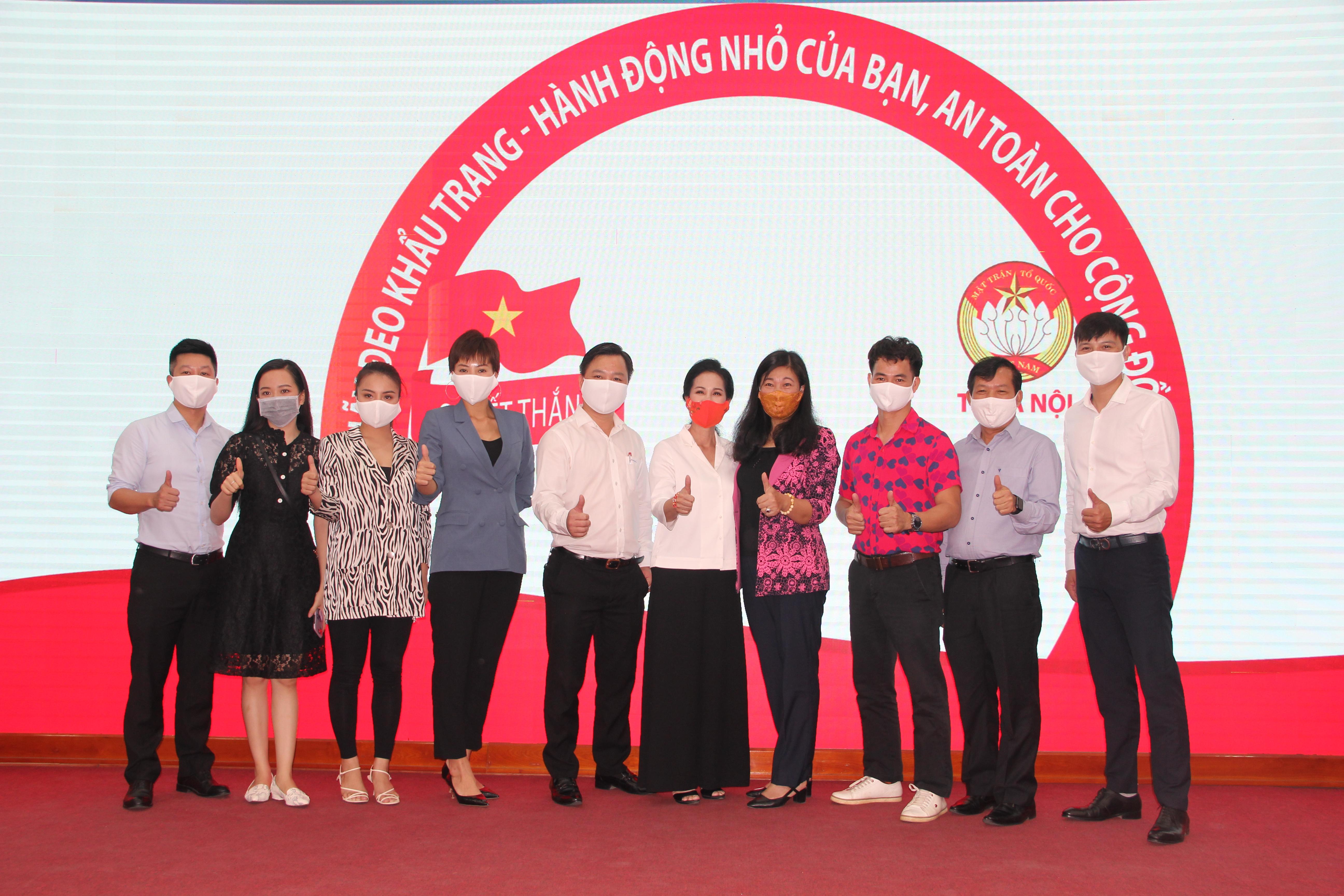 Chủ tịch Nguyễn Lan Hương cùng các văn nghệ sỹ phát động toàn dân đeo khẩu trang phòng chống Covid - 19.