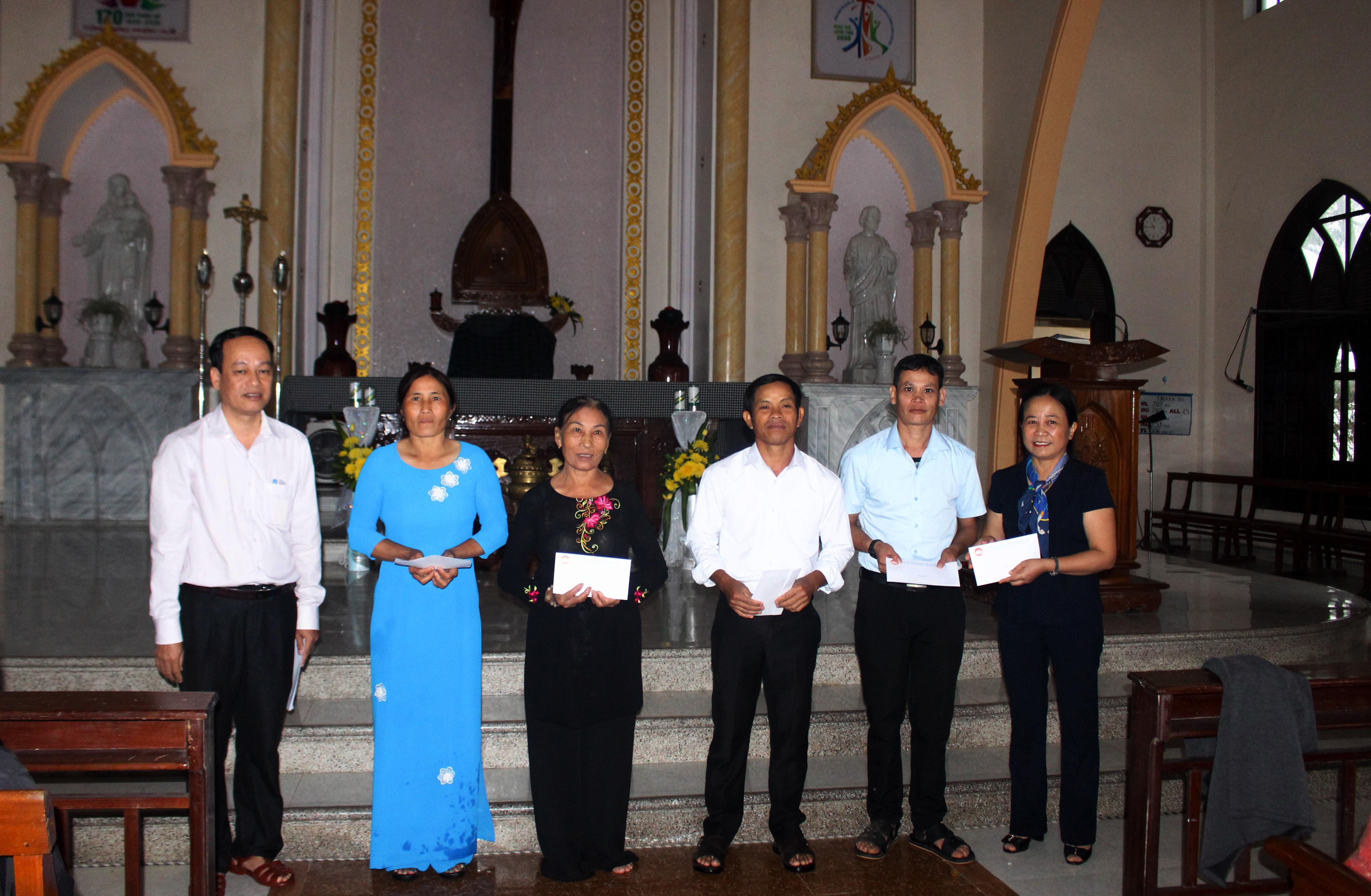Bà Lê Thị Lan Hương (bìa phải), Trưởng ban Dân vận Tỉnh ủy Quảng Trị tặng quà cho bà con Giáo xứ Hội Điền.