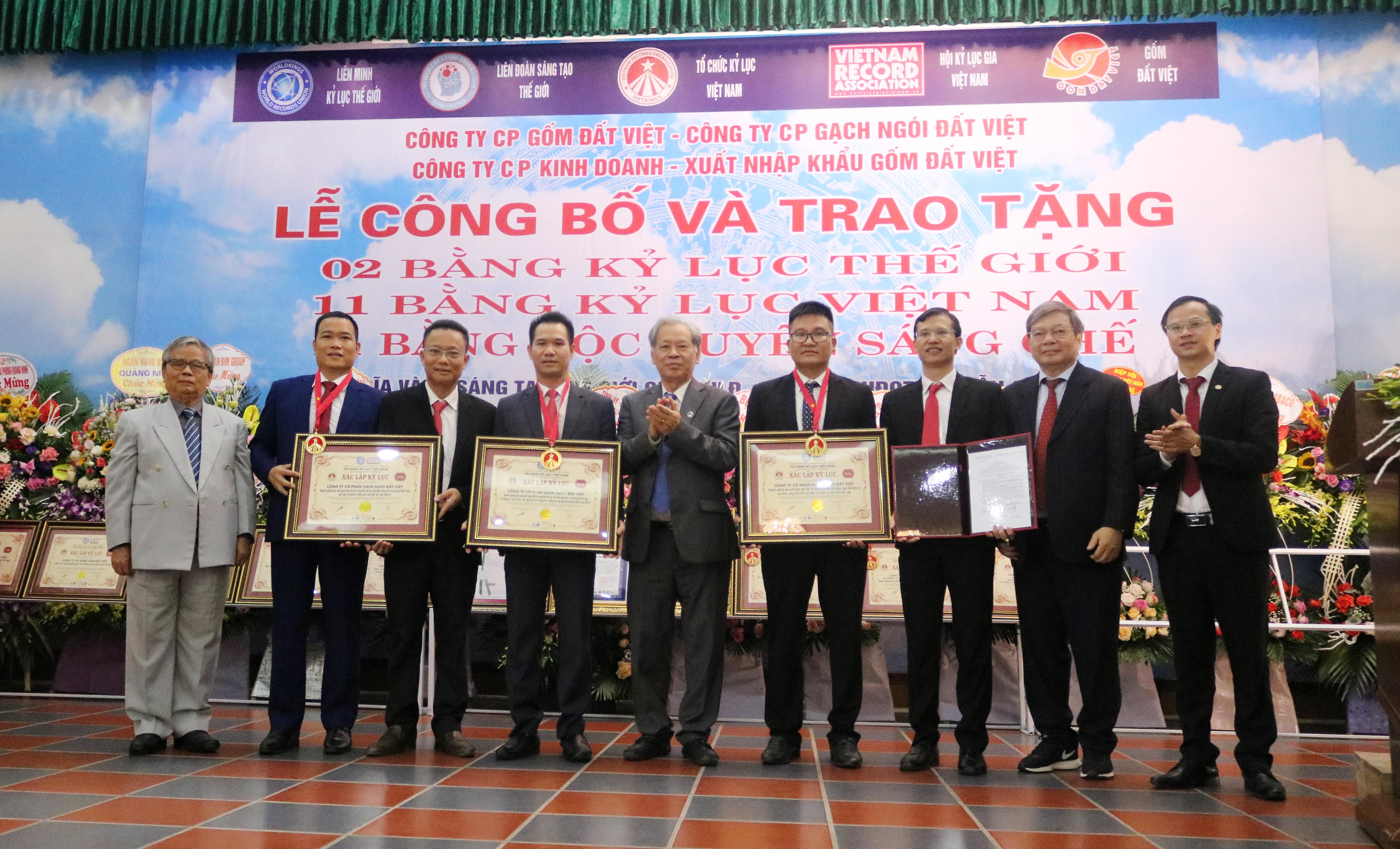 Sản phẩm Gốm Đất Việt vinh dự đón nhận hai bằng Kỷ lục Thế giới.