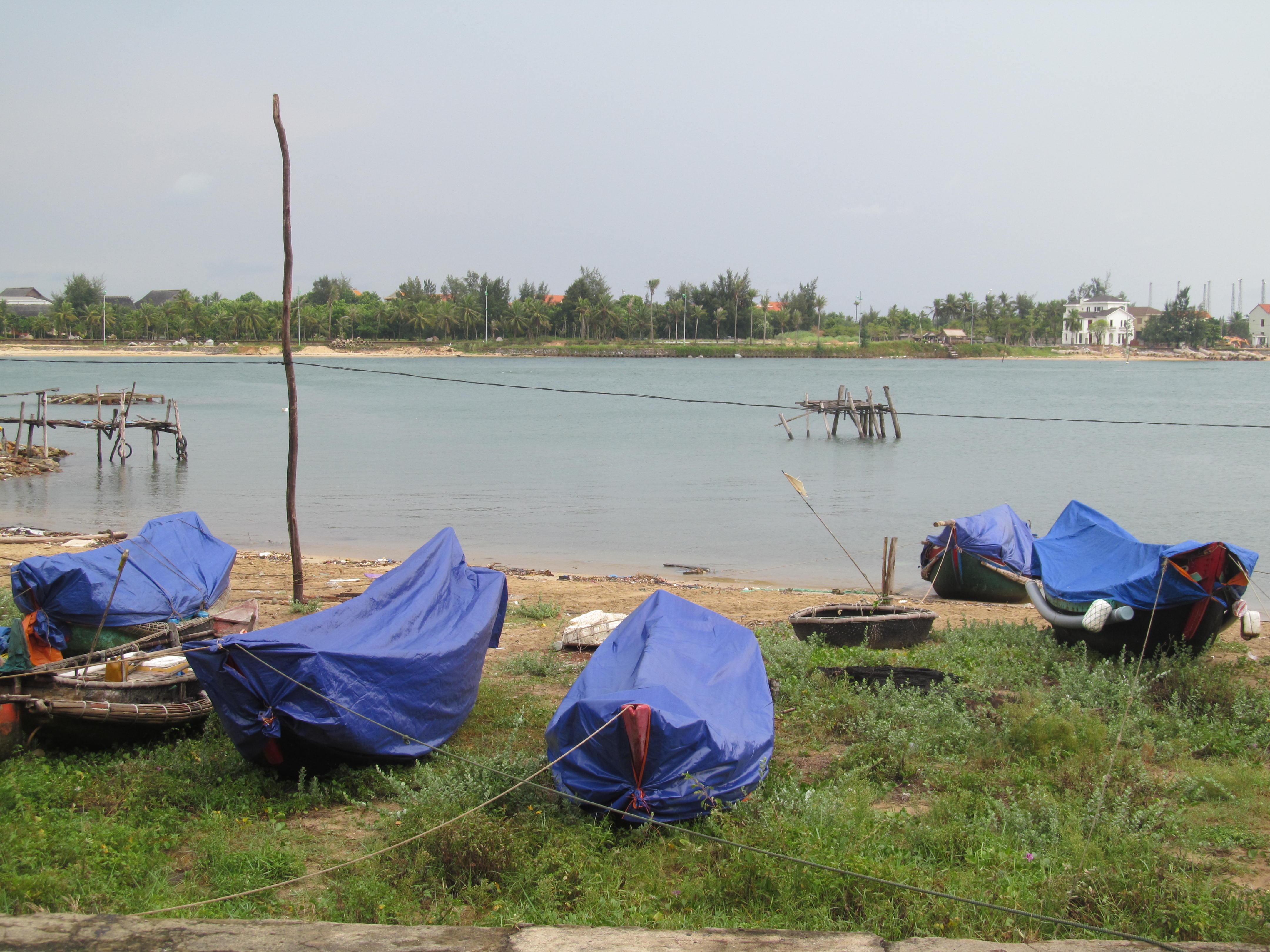 Người dân ở thành phố Đồng Hới kéo thuyền nhỏ lên bờ để tránh bão.