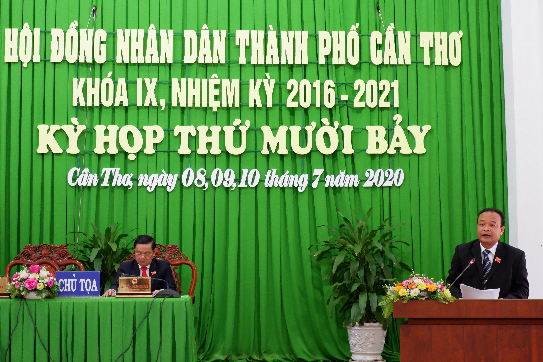 Ông Nguyễn Ngọc Tâm, Chủ tịch Ủy ban MTTQ Việt Nam TP Cần Thơ báo cáo tại kỳ họp.