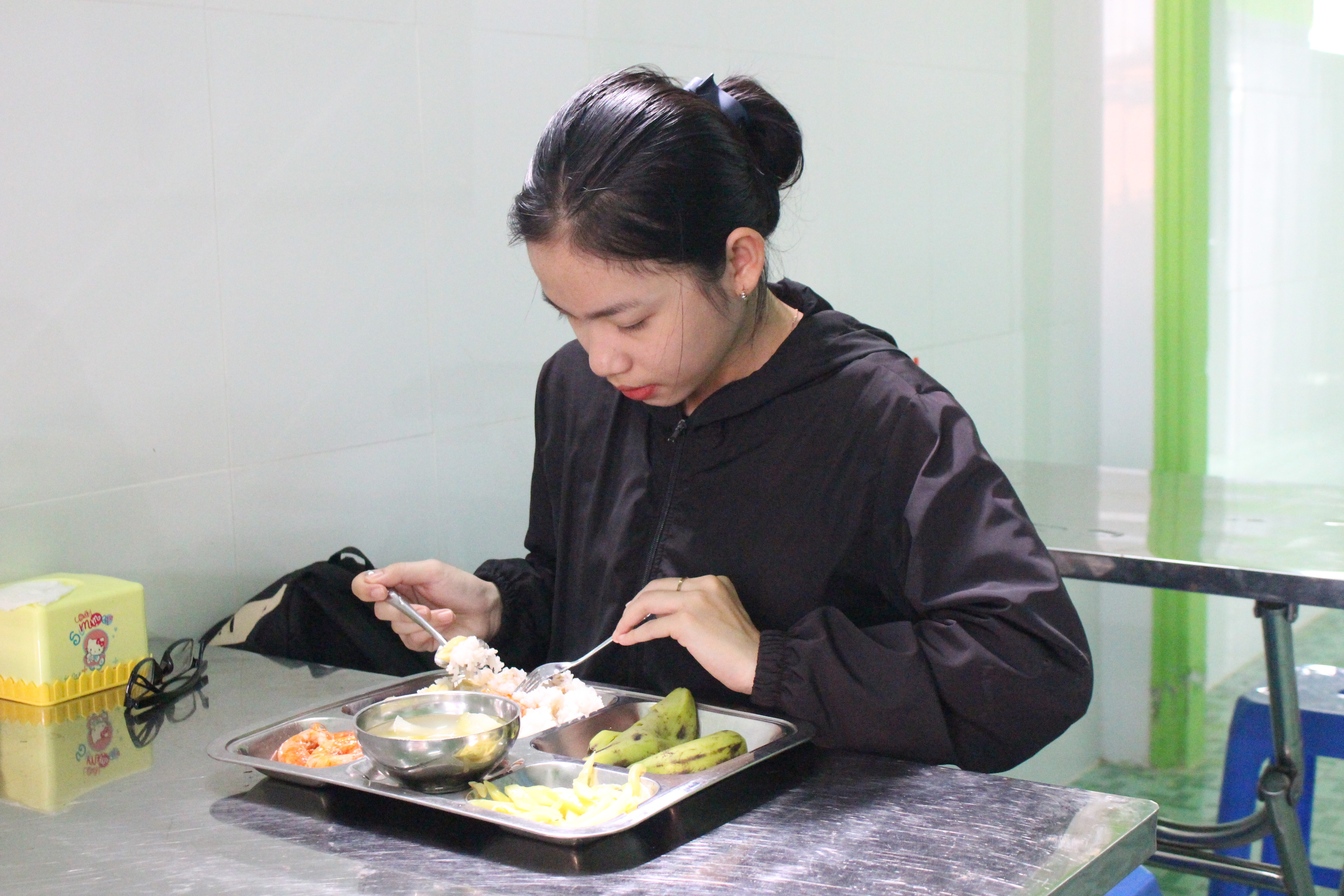 Sinh viên, học sinh ở gần quán cũng đến ăn, tiết kiệm để trang trải học tập