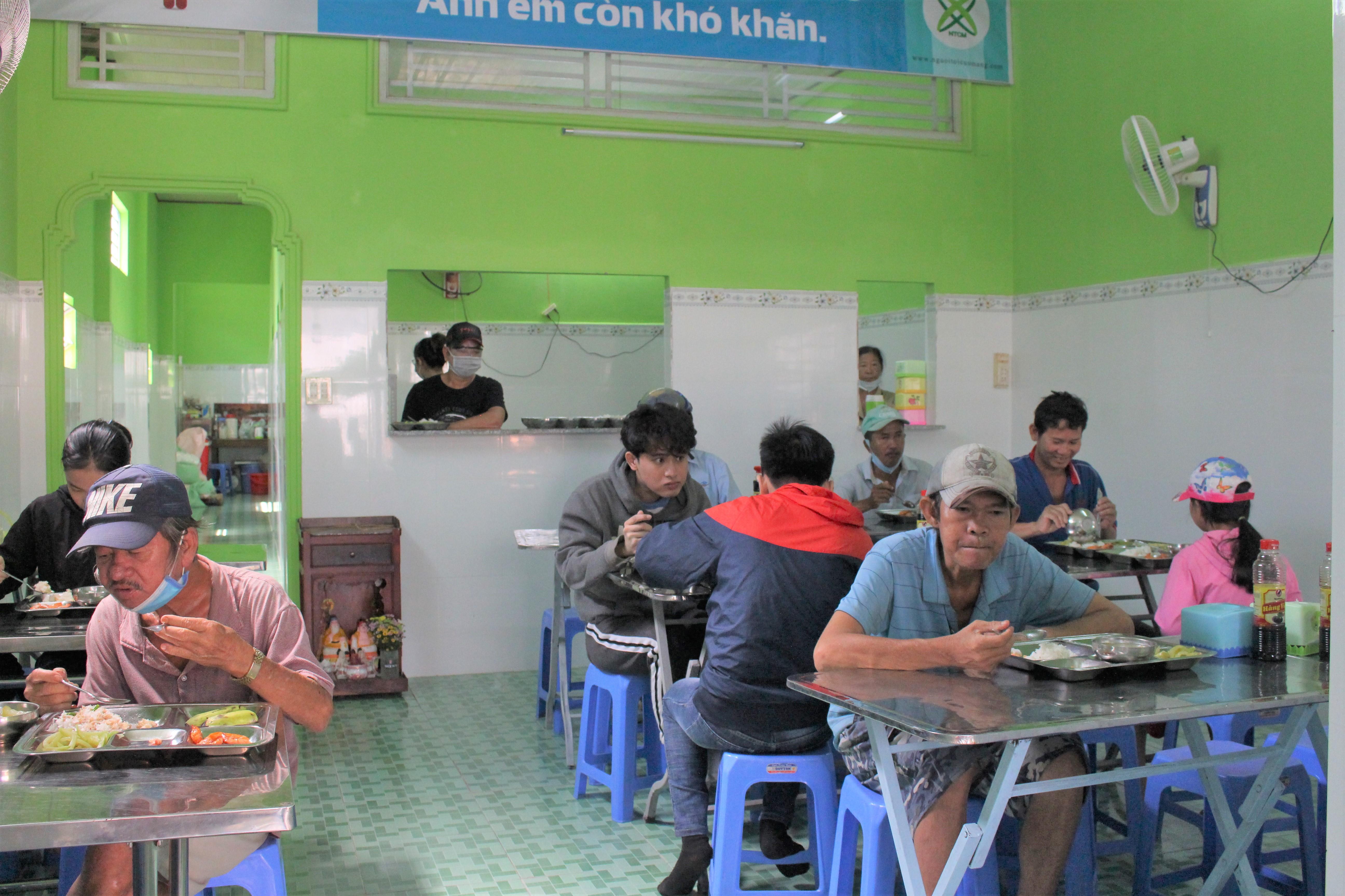 Người dân nghèo, lao động tranh thủ đến ăn trưa tại quán