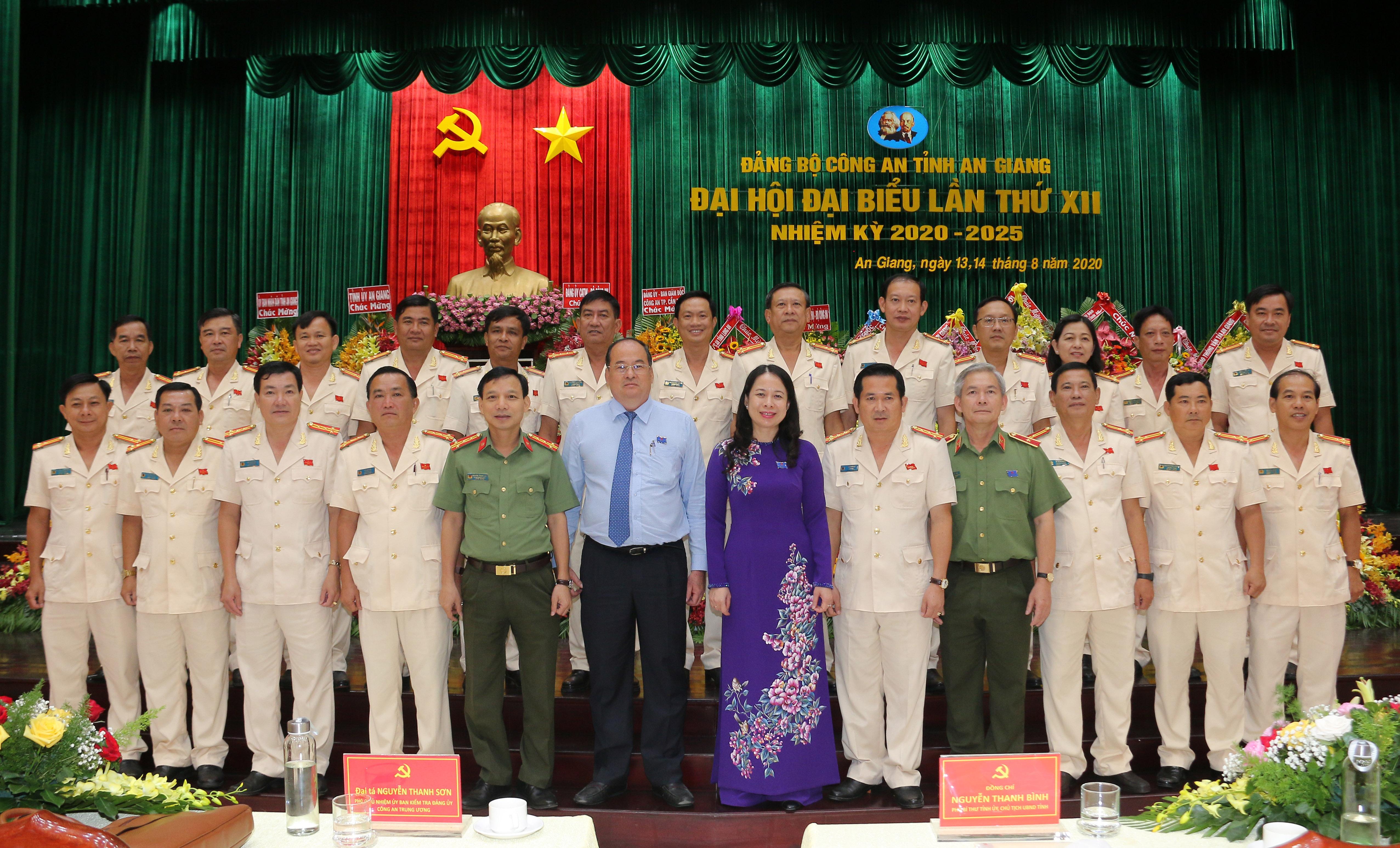 Ban Chấp hành Đảng bộ Công an tỉnh An Giang nhiệm kỳ mới ra mắt đại biểu.