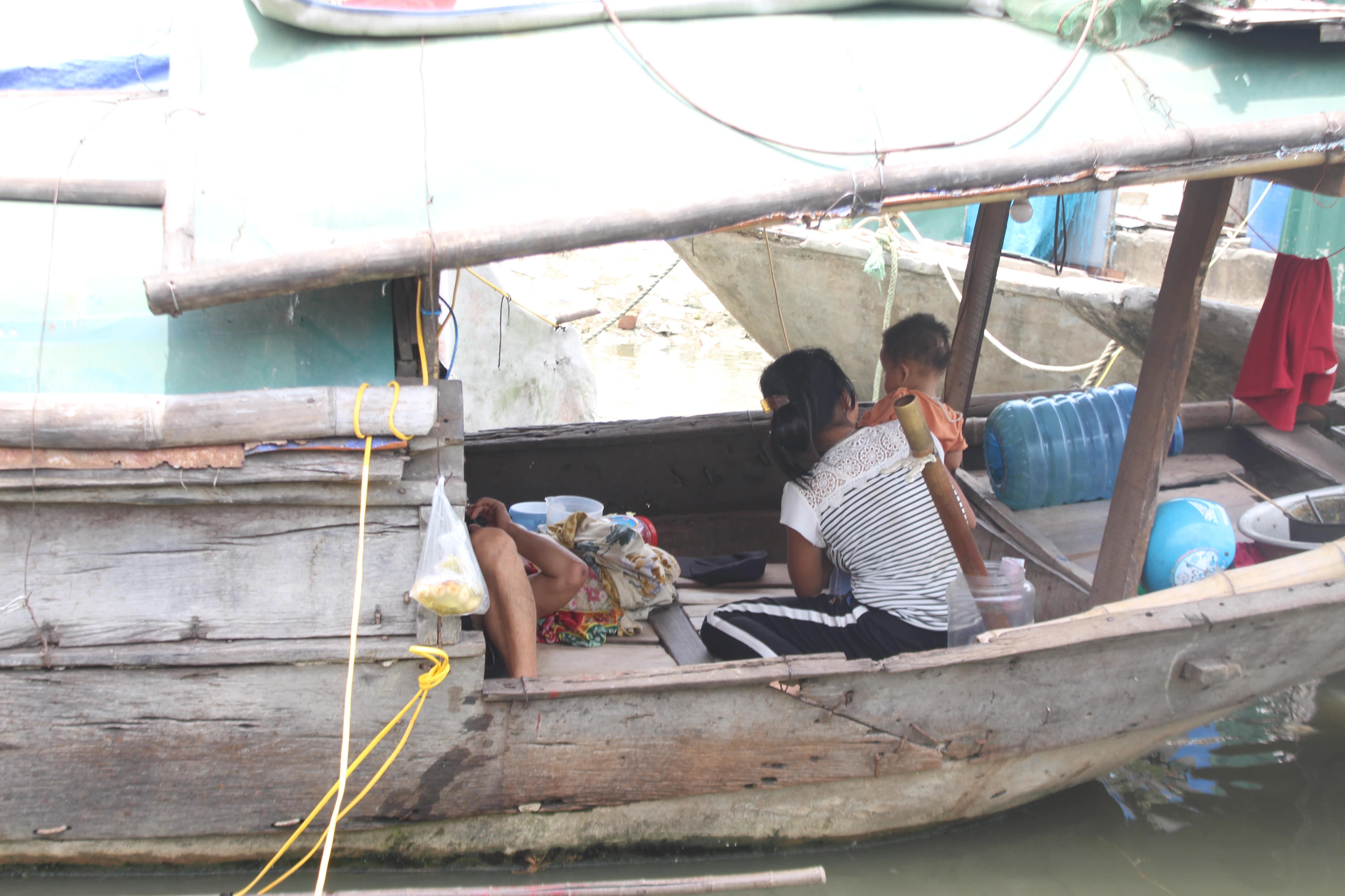 Giữa cái nóng hơn 40 độ C, dù đã dỗ dành nhưng nhiều đứa trẻ xóm chài vẫn không ngủ được.