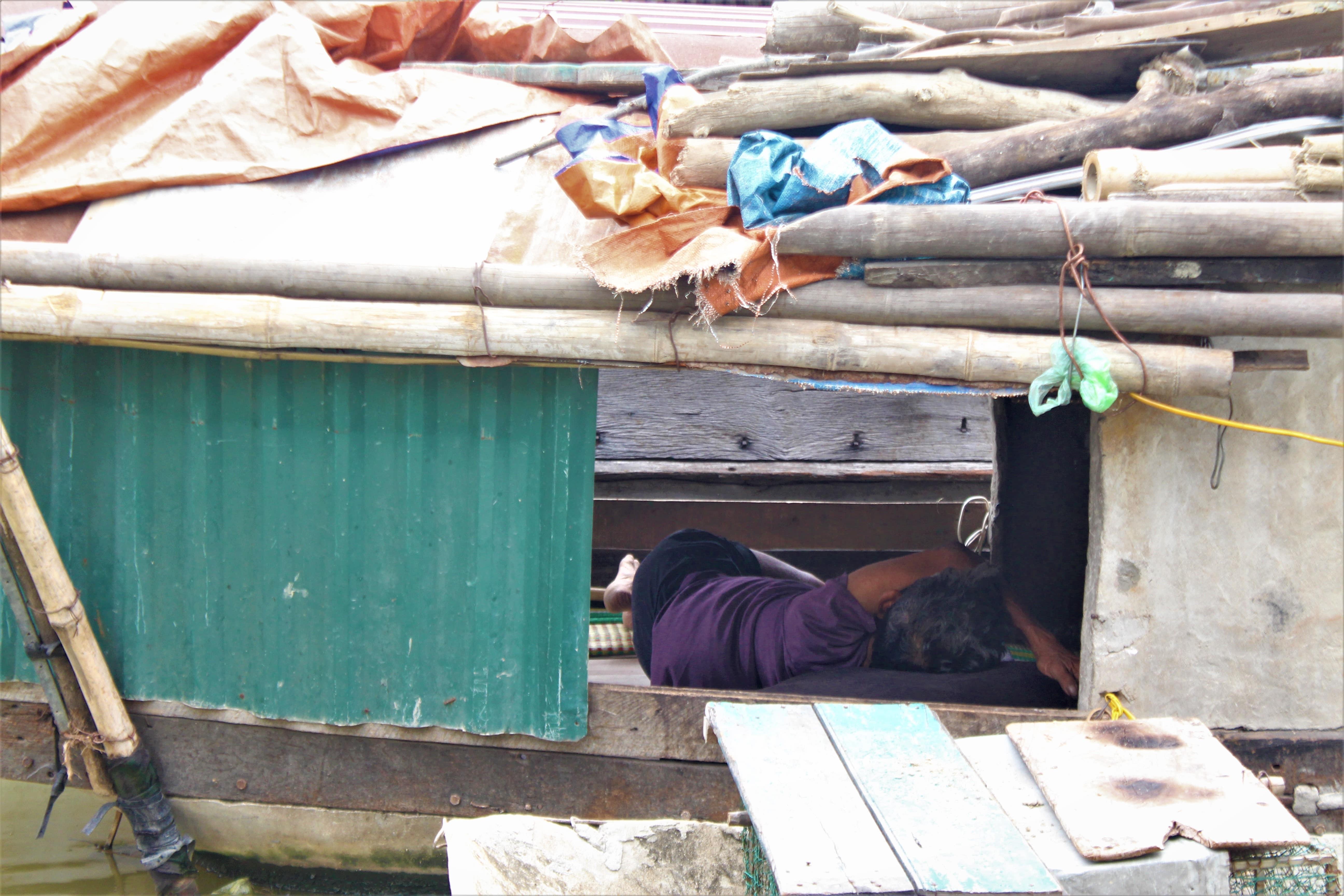 Dù nóng hầm hập trong thuyền nhưng người dân vẫn cố gắng chợp mắt để tiếp tục làm việc vào buổi chiều.