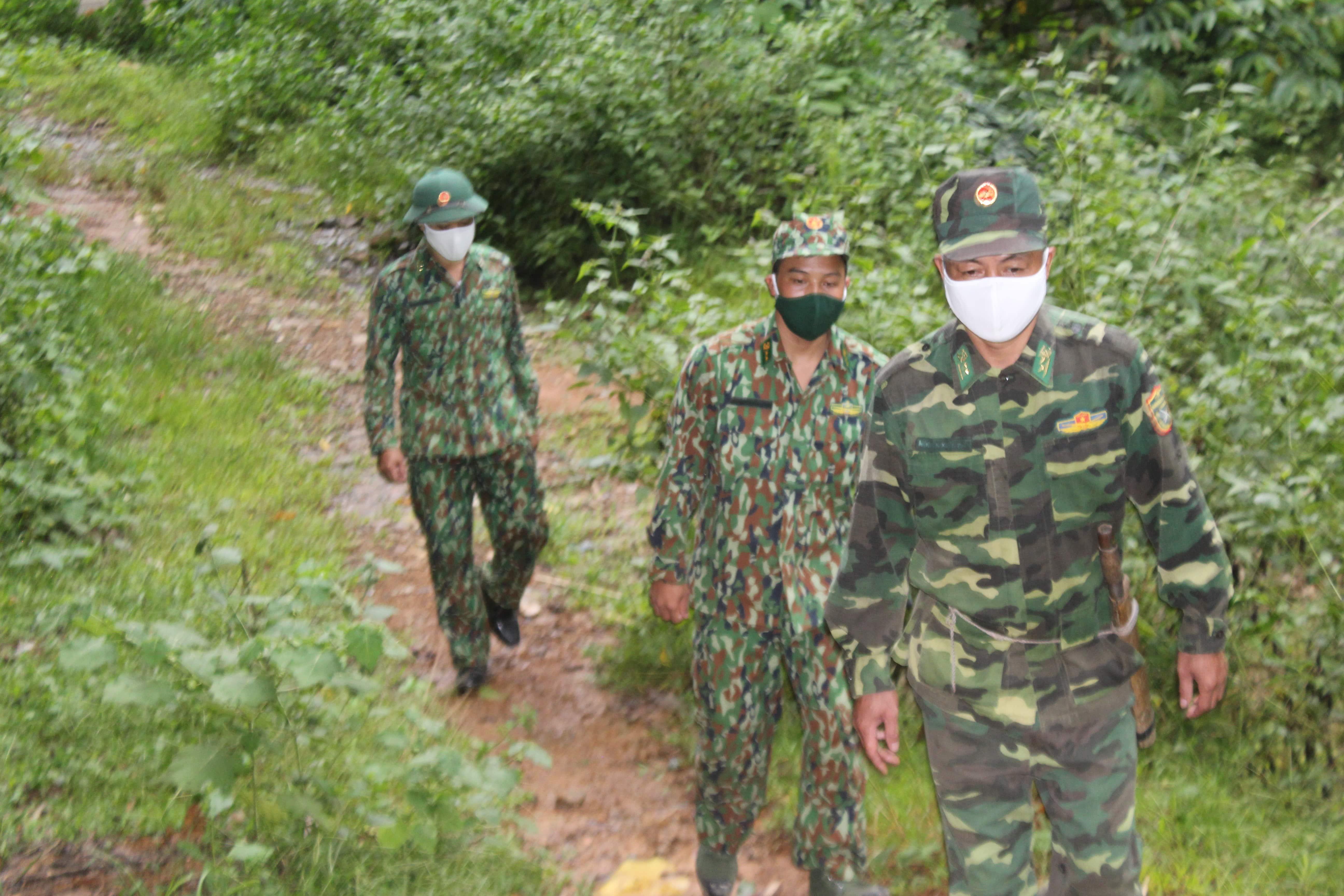 Các chiến sĩ biên phòng chốt 326 thuộc bản Cha Khót đi tuần tra, kiểm soát đường mòn, lối mở.