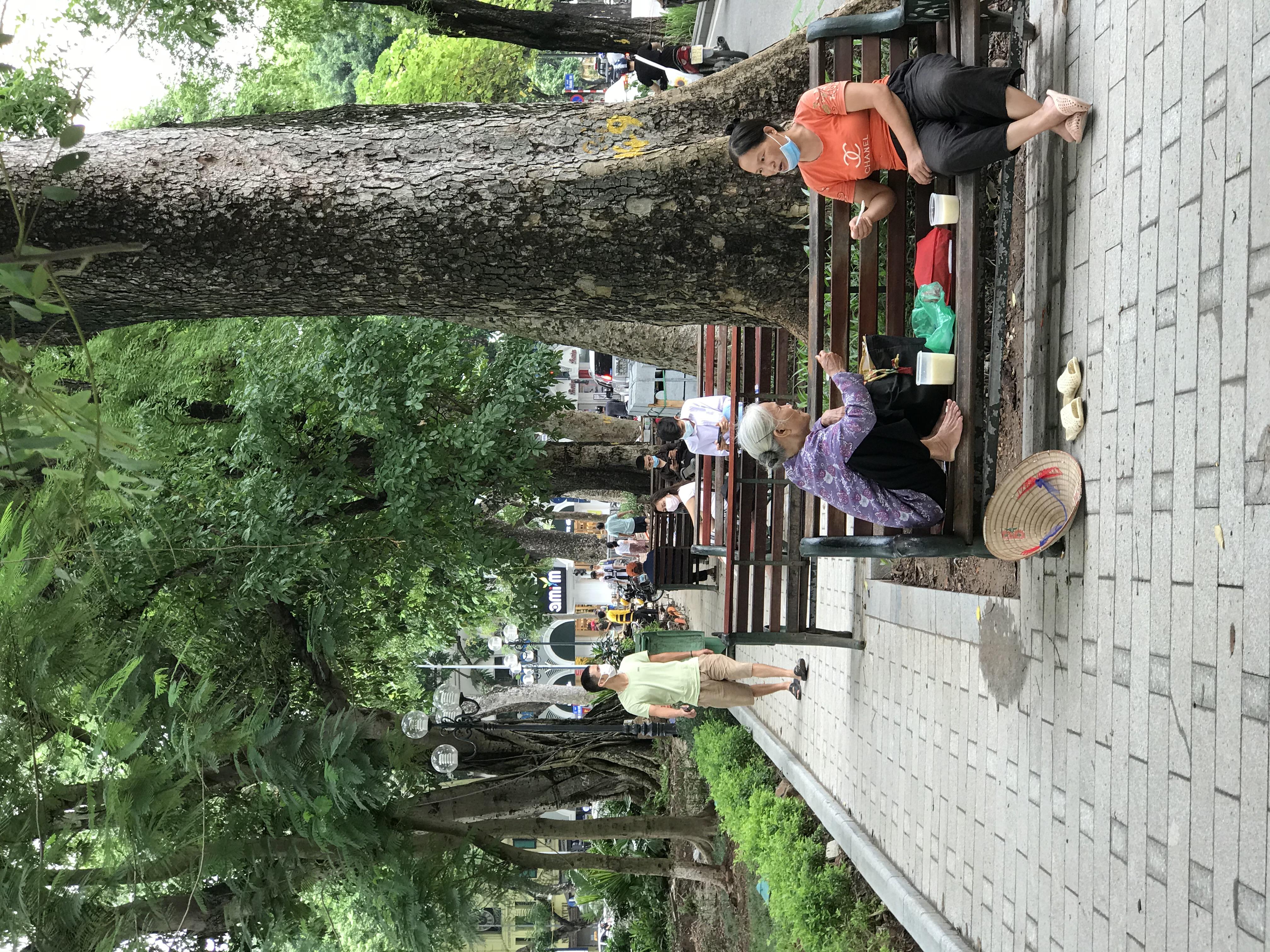 Người dân đeo khẩu trang đi tập thể dục bên Hồ Gươm. Ảnh: Thư Hoàng.