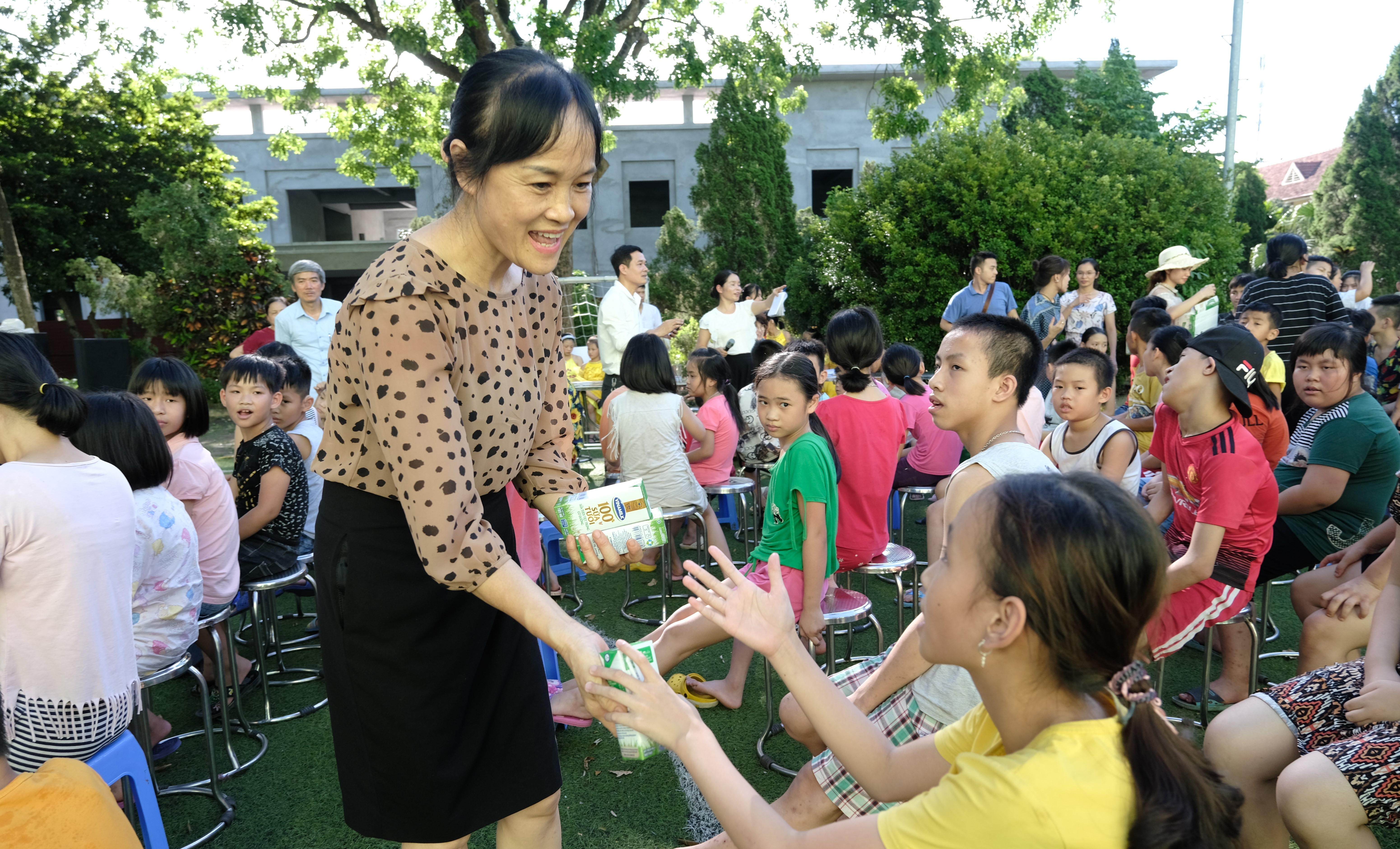 Quỹ sữa Vươn cao Việt Nam vàVinamilktrao tặng 1.200 ly sữa cho trẻ em Hà Nội - Ảnh 3