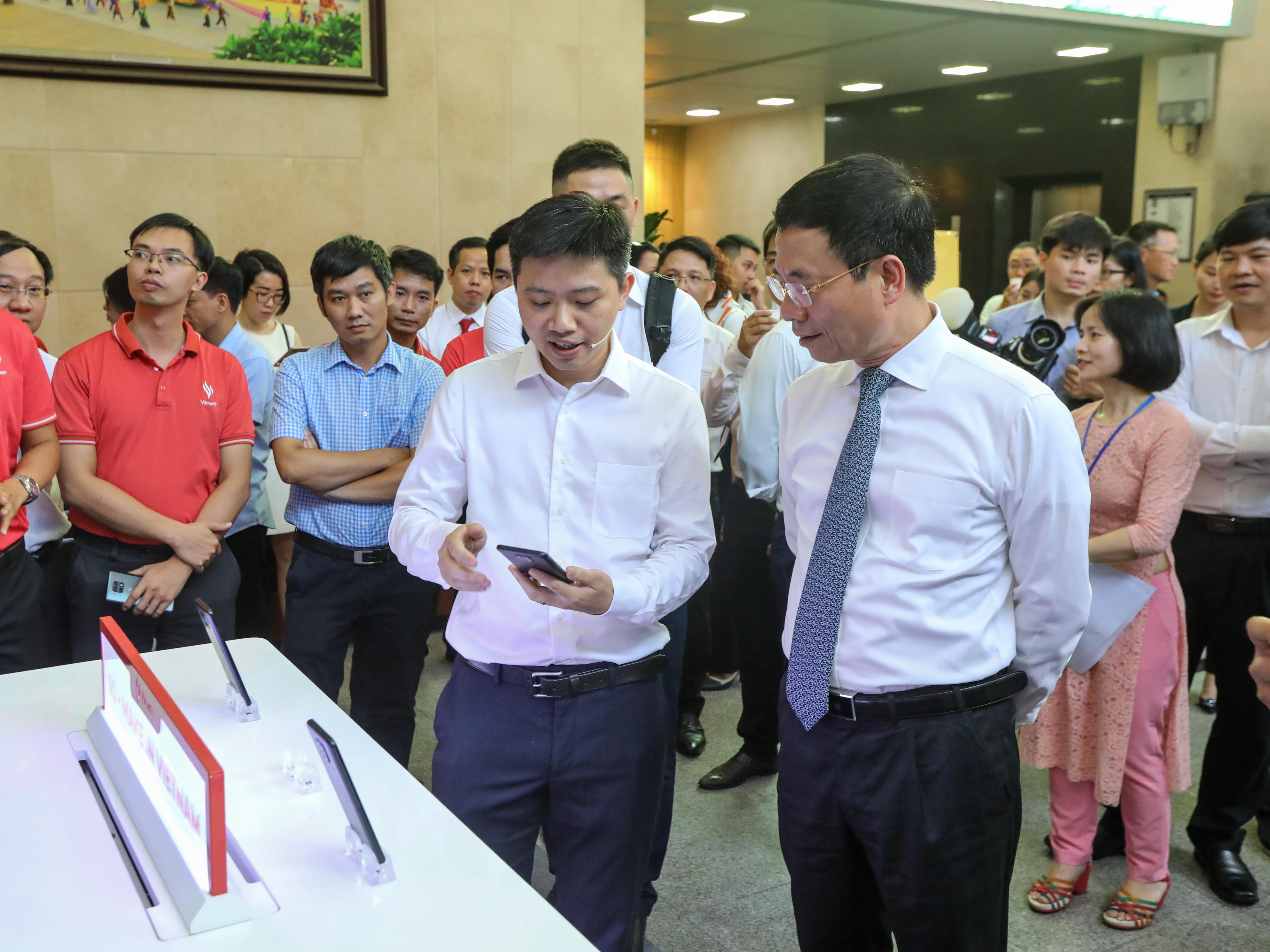 Bộ trưởng Bộ Thông tin và Truyền thông Nguyễn Mạnh Hùng tham quan các gian hàng ứng dụng các công nghệ thông tin mới trước khi diễn ra hội nghị.