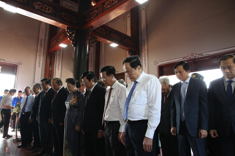 Các vị lãnh đạo, nguyên lãnh đạoĐảng và Nhà nước, Quốc hội, MTTQ Việt Nam tham dự Lễ kỷ niệm, tưởng niệm Luật sư Nguyễn Hữu Thọ tại Khu lưu niệm ông tại Bến Lức, Long An.