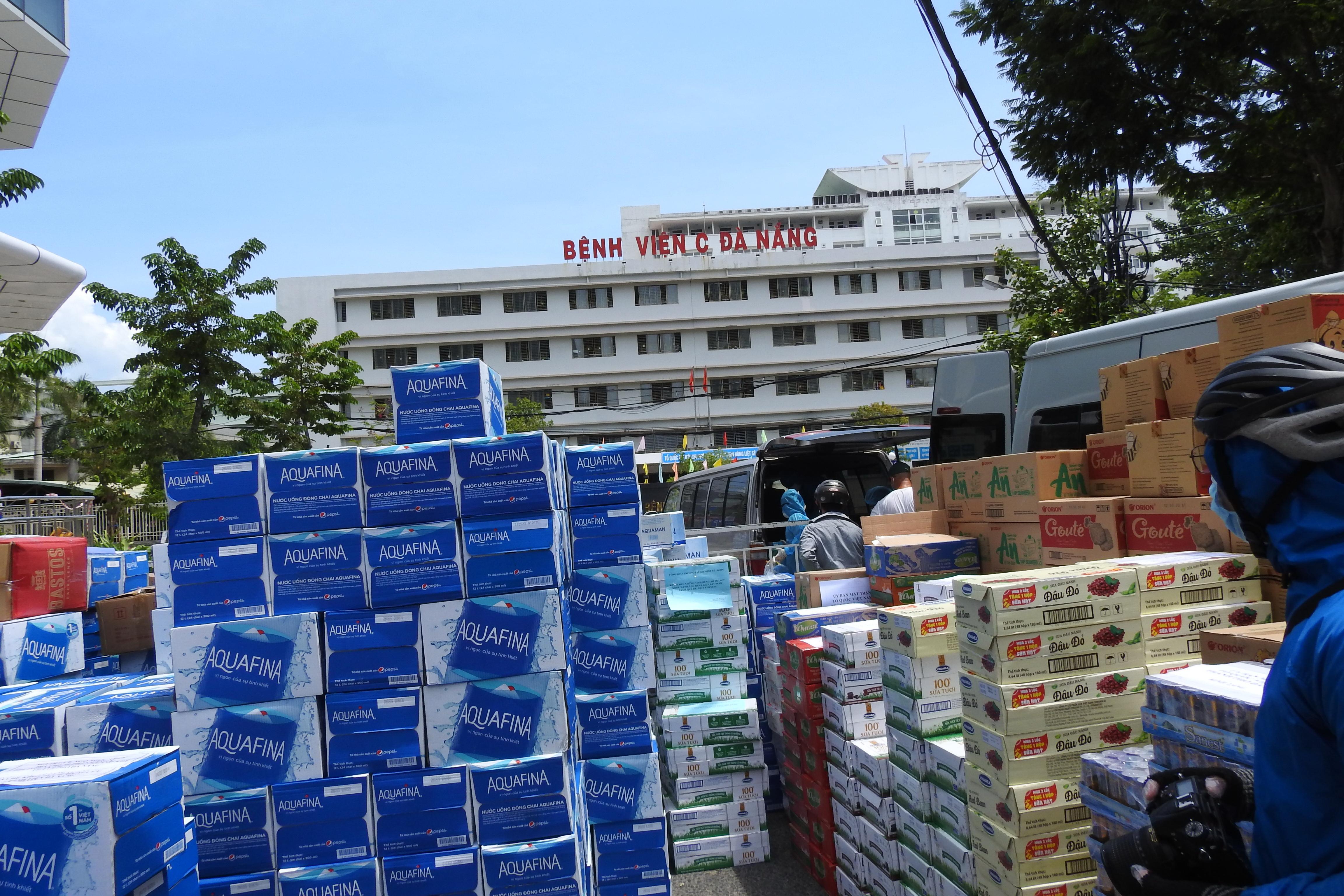Hàng hóa được các nhà hảo tâm tập kết trước rào chắn cách ly Bệnh viện C (Đà Nẵng) để chuyển cho bệnh nhân và y, bác sỹ làm nhiệm vụ.