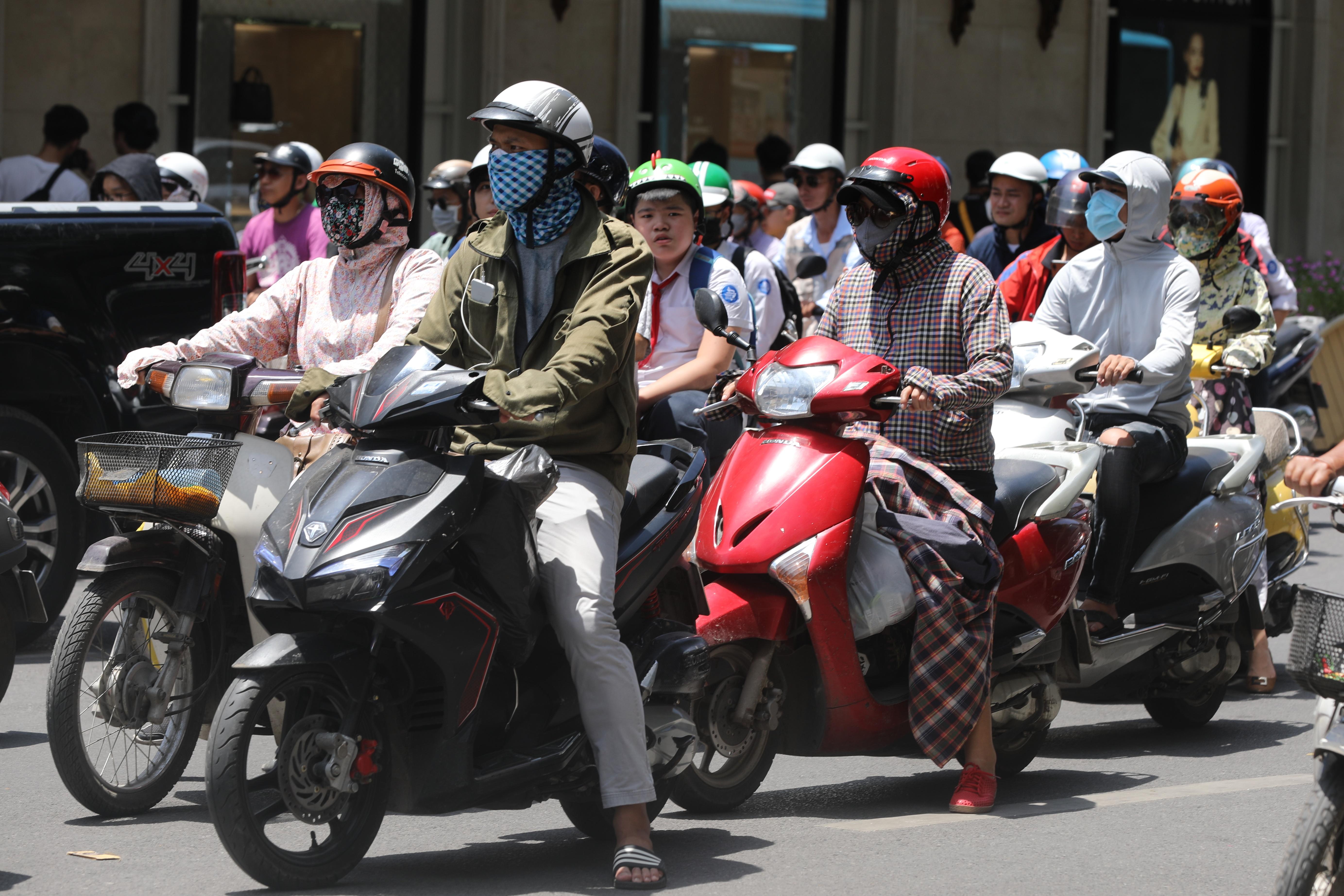 Người dân cần thực hiện nghiêm túc đeo khẩu trang khi ra nơi công cộng. Ảnh: Quang Vinh.
