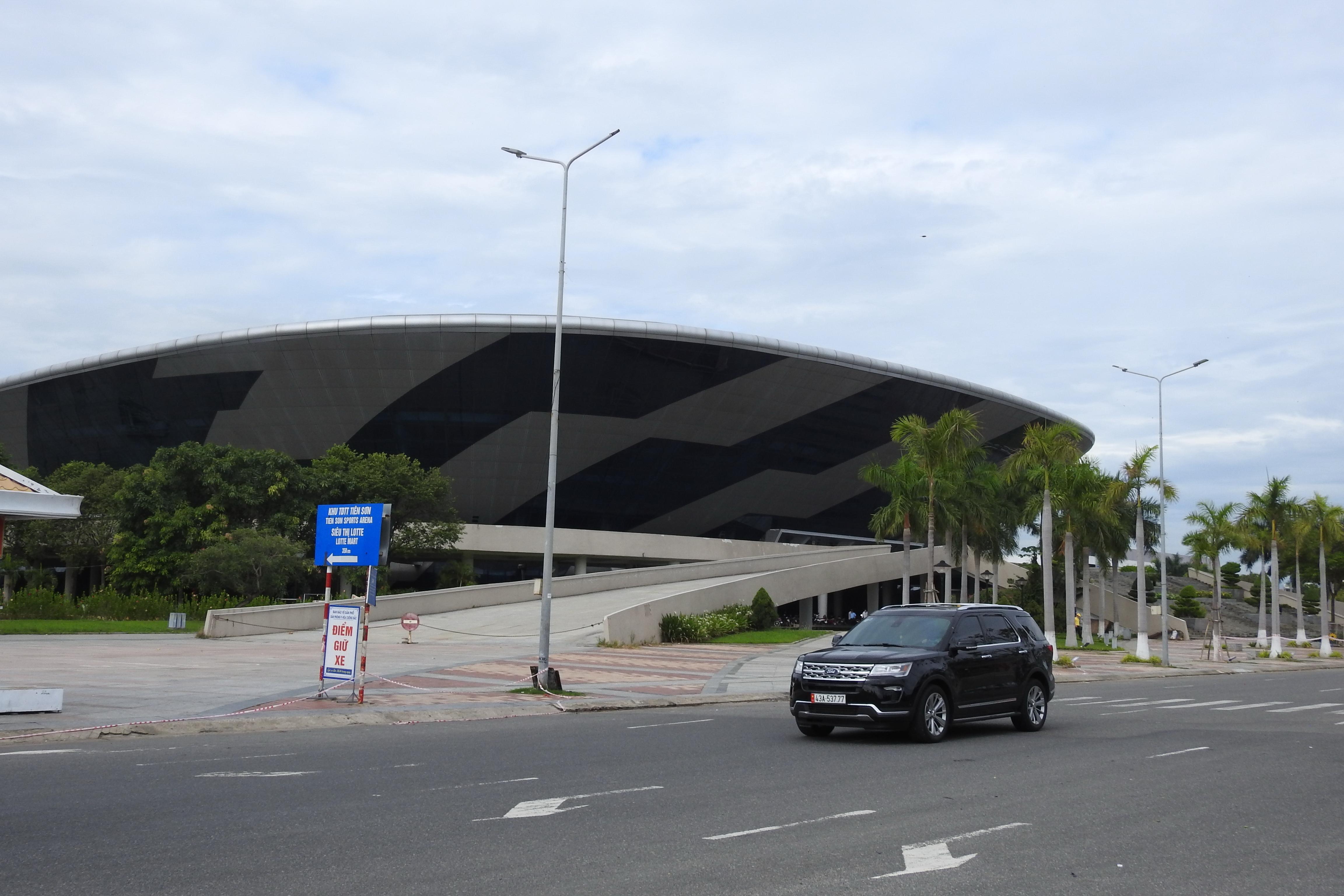 Toàn bộ mặt bằng, hạ tầng rộng 94.000 m2 của Cung thể thao Tiên Sơn đã được bàn giao cho đơn vị thi công, lắp đặt Bệnh viện dã chiến 2.000 giường kể từ ngày 31/7. Ảnh Bình Nguyên.