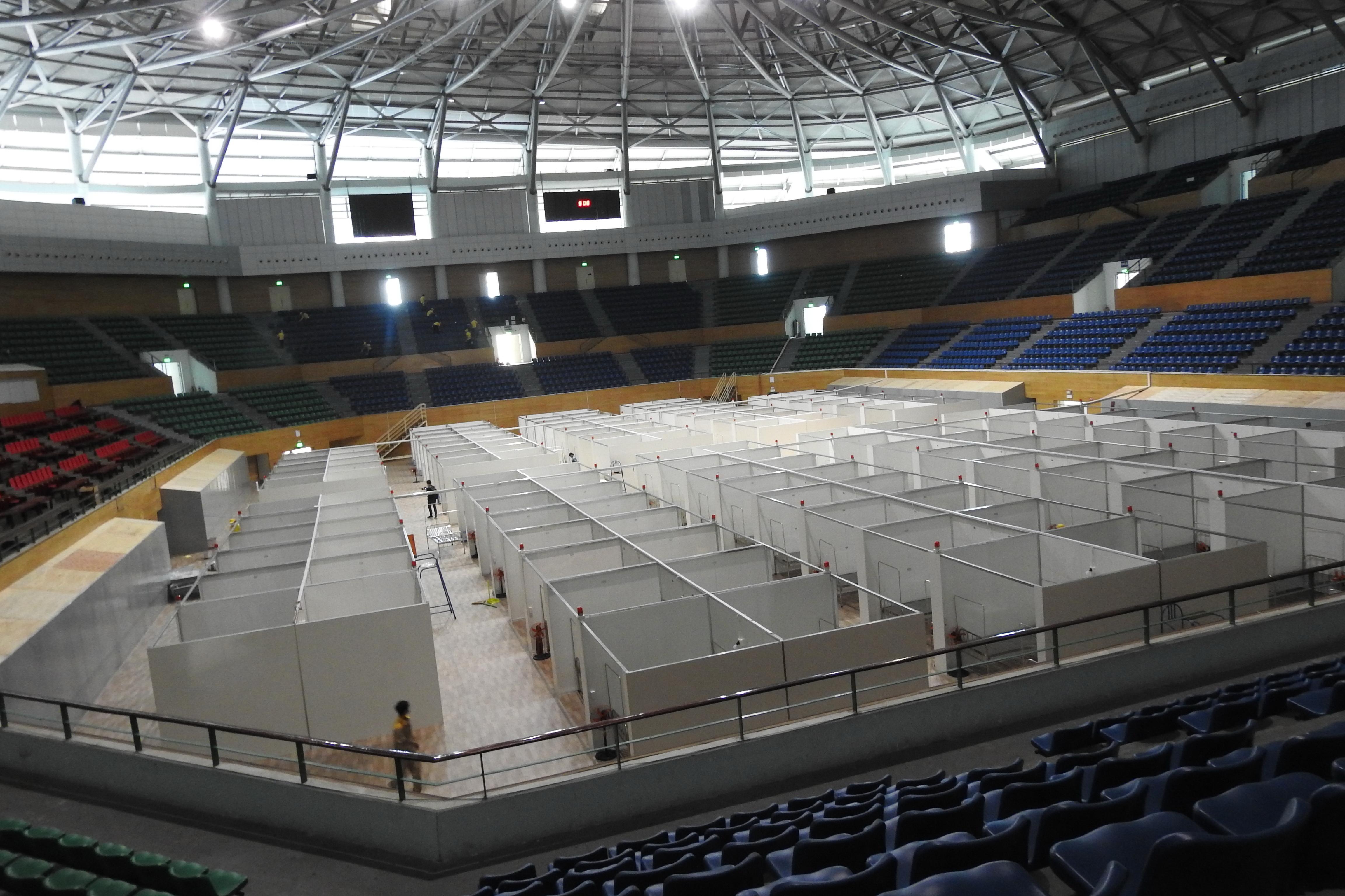 Diện tích sân thi đấu của Cung thể thao đã được lắp đặt kín các buồng bệnh (từ 1 đến 2 giường). Tổng cộng có khoảng 240 giường bệnh trong giai đoạn đầu. Ảnh Bình Nguyên.
