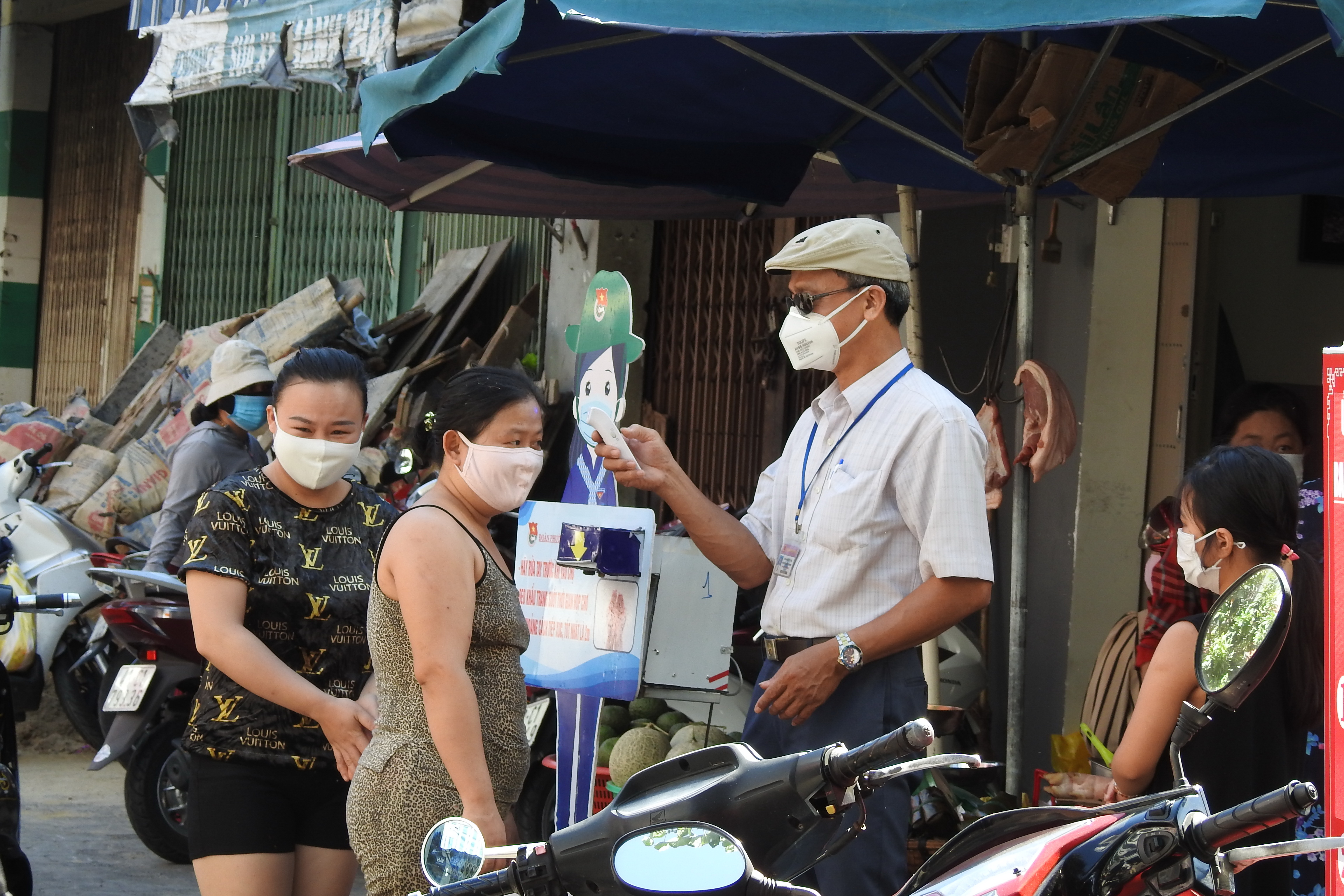 Kể từ hôm nay (12/8), ngoài việc tuân thủ đo thân nhiệt, đeo khẩu trang, rửa tay sát khuẩn; người dân Đà Nẵng phải xuất trình thẻ vào chợ cho nhân viên giám sát. Ảnh Bình Nguyên.