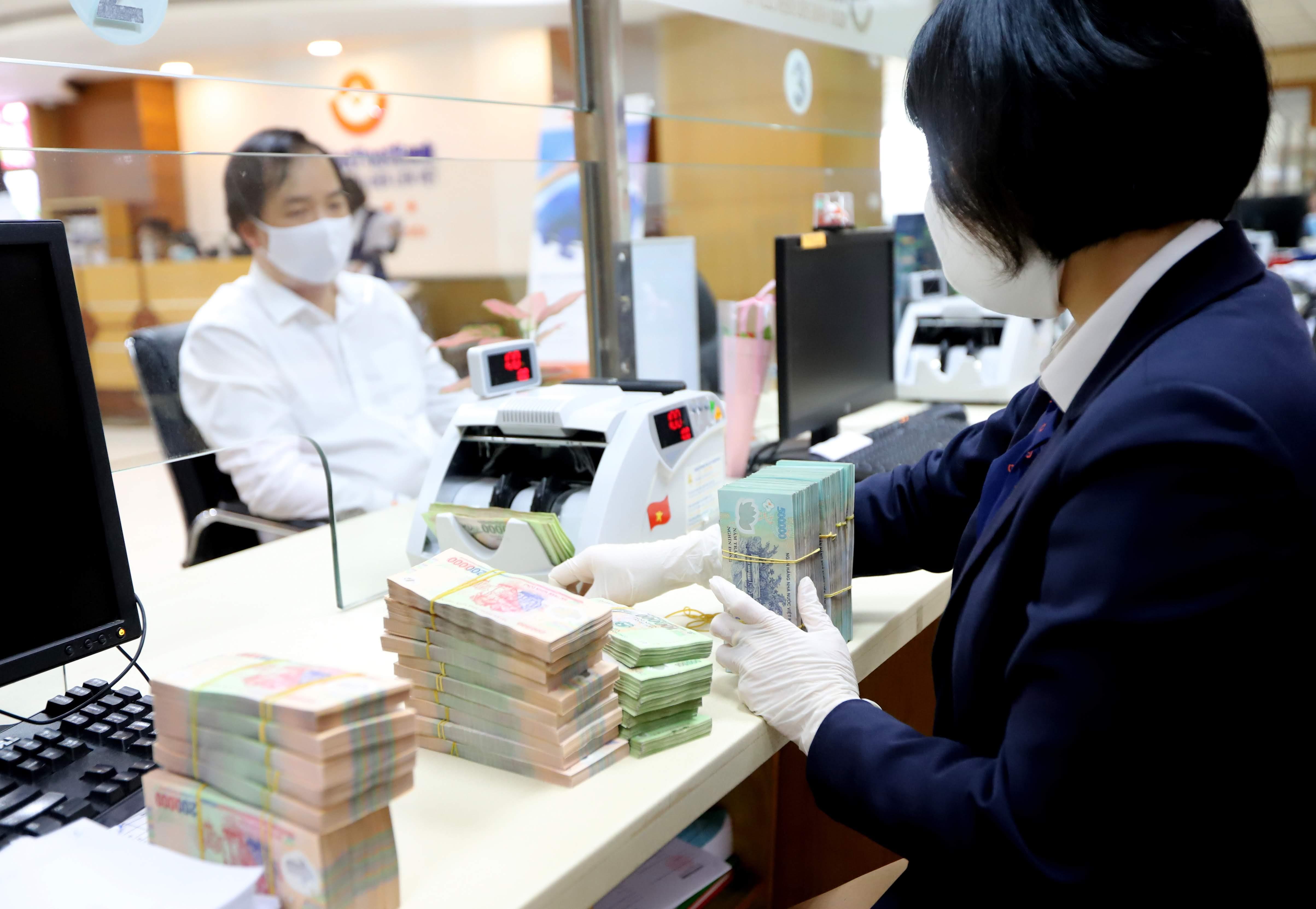 Nhiều ngân hàng đã chủ động giảm lãi suất cho vay để cạnh tranh. Ảnh: Quang Vinh.