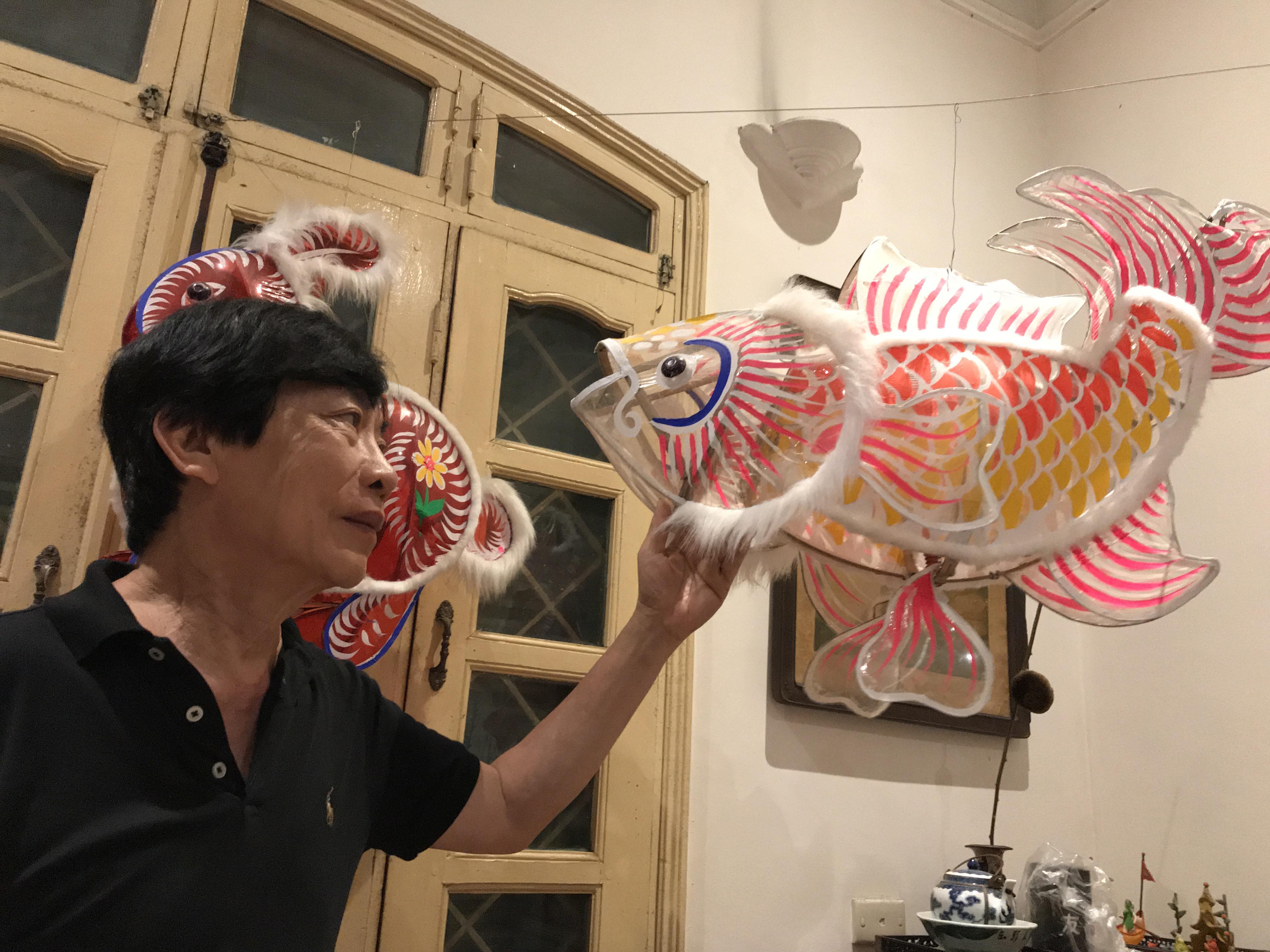 Nhà nghiên cứu Trịnh Bách bên mẫu đèn Trung thu mới được khôi phục.