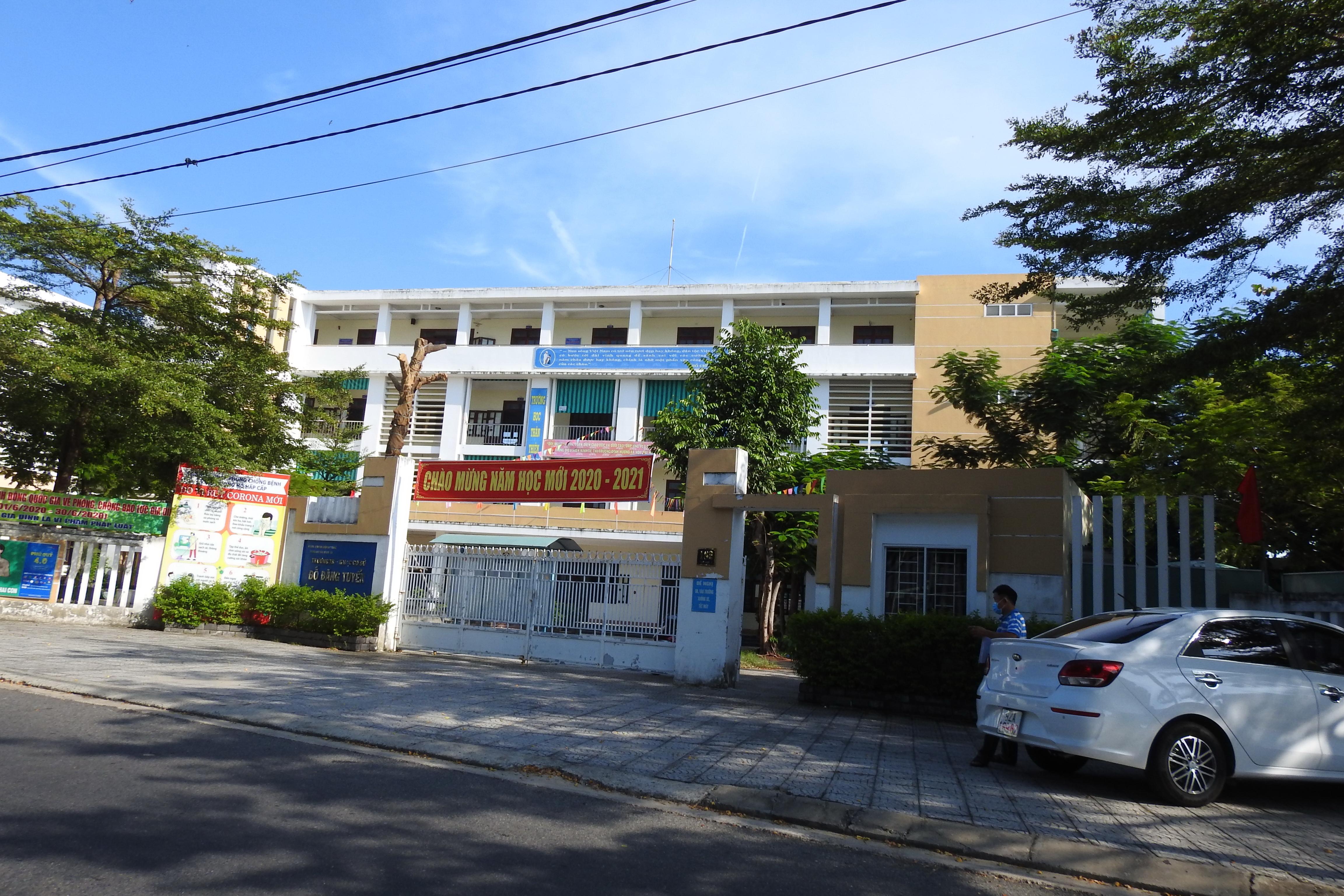 Cảnh vắng vẻ trước cổng trường THCS Đỗ Đăng Tuyển, phường Thanh Khê Tây, quận Thanh Khê (Đà Nẵng) buổi sáng ngày 5/9. Ảnh Bình Nguyên.