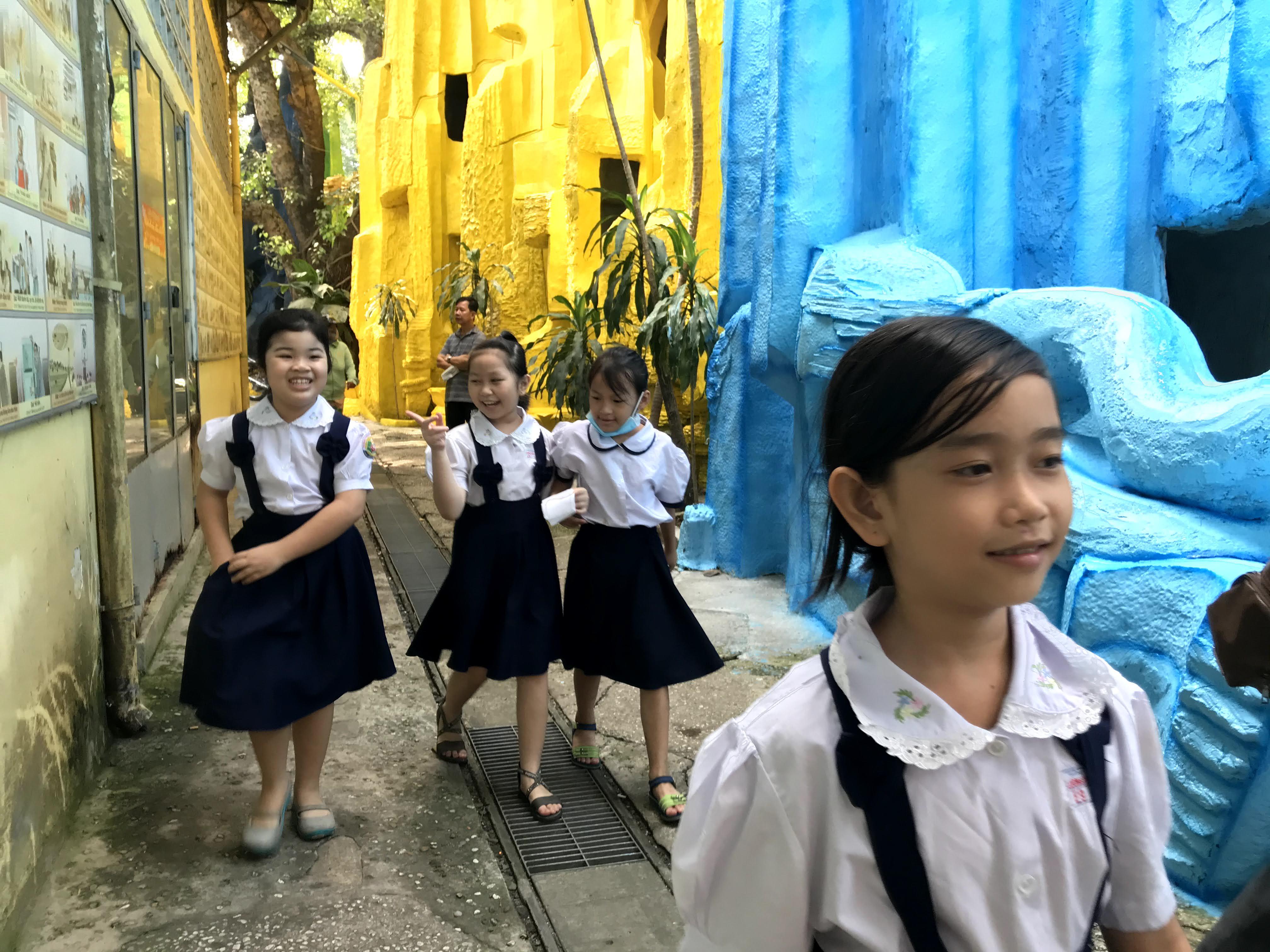Nhiều em nhỏ vẫn được người thân đưa tới chùa để học.