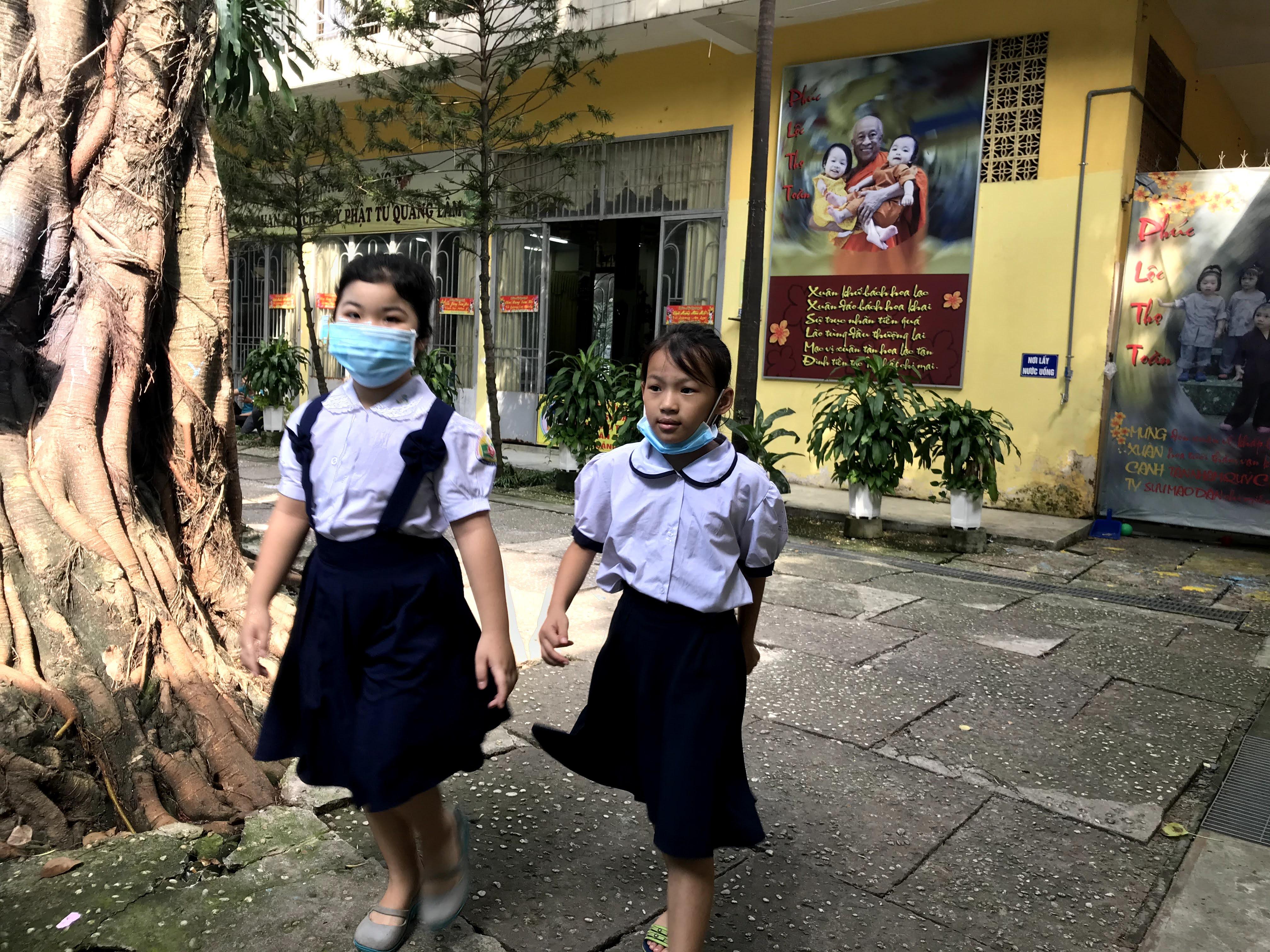 Học sinh tới chùa Kỳ Quang học sáng ngày 11/9.