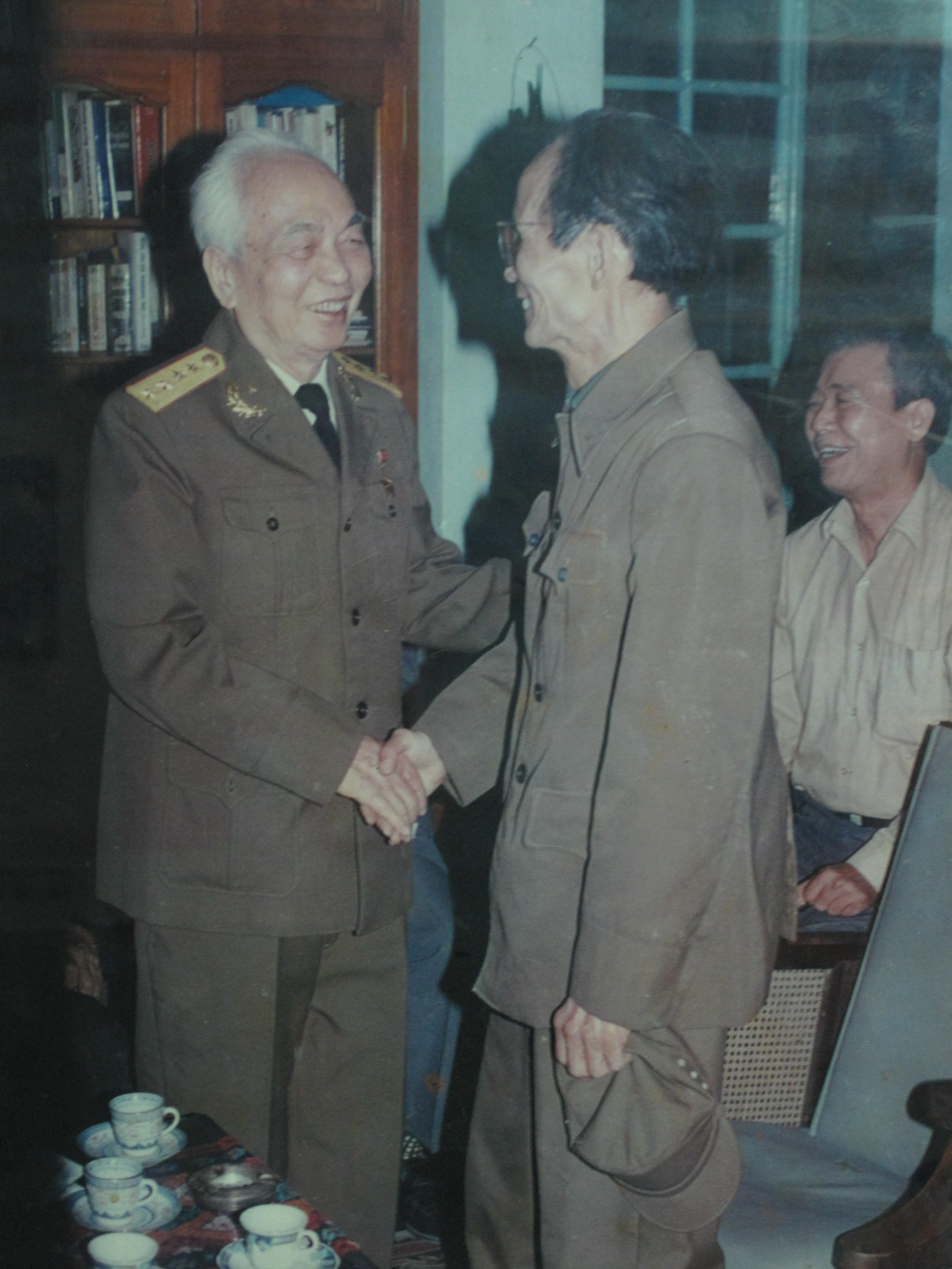 Đại tá Siêu Hải thăm Đại tướng Võ Nguyên Giáp. Ảnh tư liệu gia đình.