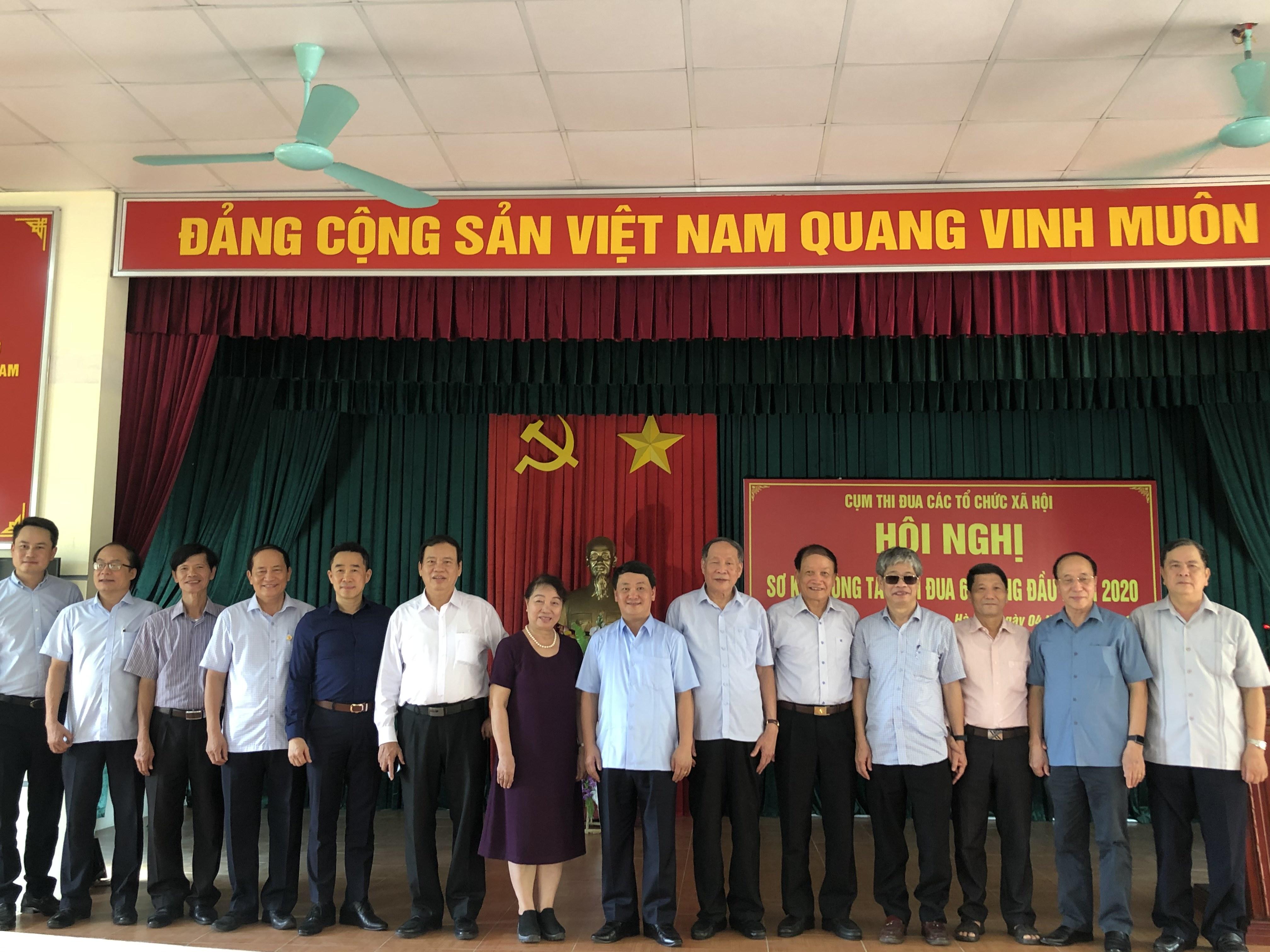 Phó Chủ tịch - Tổng Thư ký Hầu A Lềnh và các đại biểu tại hội nghị.
