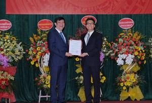 Trao quyết định giao quyền Bộ trưởng Bộ Y tế cho GS.TS Nguyễn Thanh Long