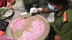 Kiểm tra một nhà dân, bất ngờ phát hiện hơn 10 kg ma túy tổng hợp