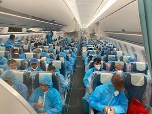 Chuyến bay chở 140 người Việt bị nhiễm Covid-19 đã về tới Hà Nội