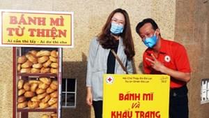 Những tủ bánh mì, khẩu trang miễn phí ấm lòng người nghèo ở Đà Lạt