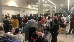 Vì sao nhóm hành khách thuộc diện cách ly Covid-19 gây 'náo loạn' sân bay?