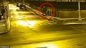 [VIDEO] Hình ảnh nghi giáo sư Nga vứt ba lô chứa xác người tình xuống sông