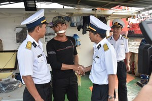 Kịp thời cứu ngư dân bị nạn trên biển về đất liền an toàn