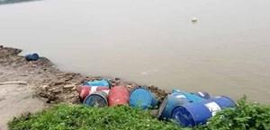 Xác định đối tượng vứt 12 thùng phuy nghi chứa chất thải độc hại