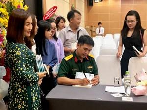 Nhà báo ra sách về biển đảo Việt Nam