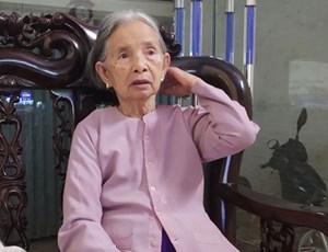 Nam Định: Mẹ Liệt sĩ dùng tiền trợ cấp mua trang phục phòng hộ tặng y, bác sĩ