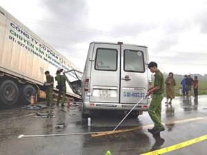 Quảng Ngãi: Xe container tông xe khách, 13 người thương vong