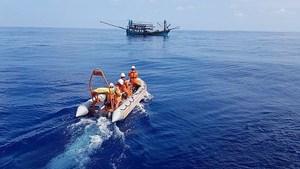 Cấp cứu kịp thời 2 ngư dân bị tai nạn trên biển